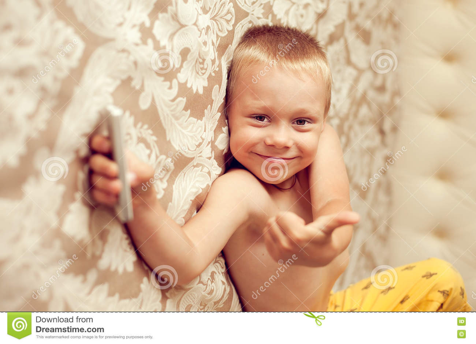 Witte europese jaar oude jongens die op het bed in de slaapkamer