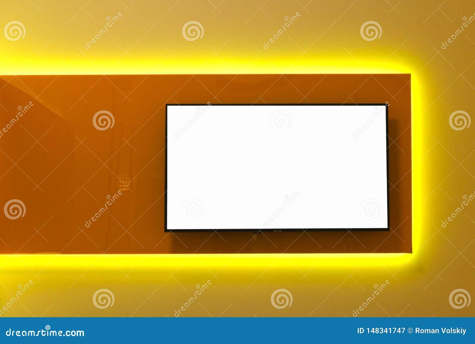 Witte exemplaarruimte op het TV-scherm op de muur Het binnenlandse ontwerp van een moderne ruimte in de stijl van minimalism en h