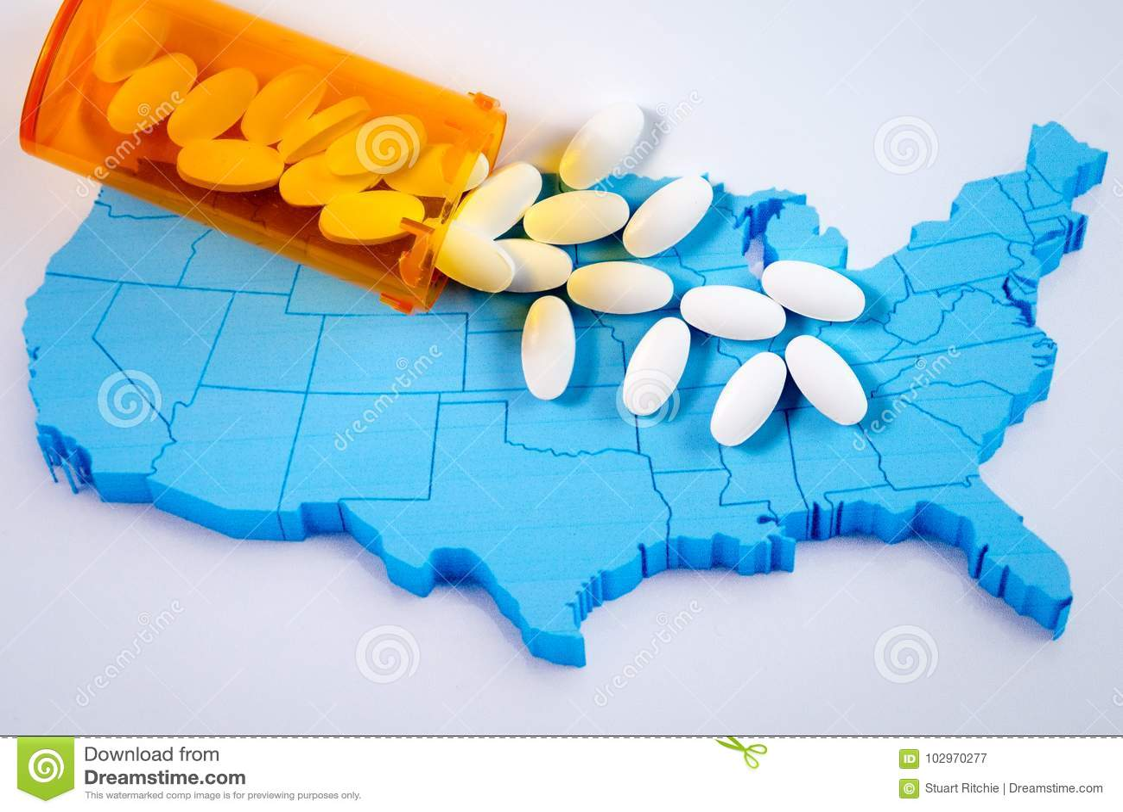 Witte farmaceutische pillen die van voorschriftfles morsen over kaart van Amerika