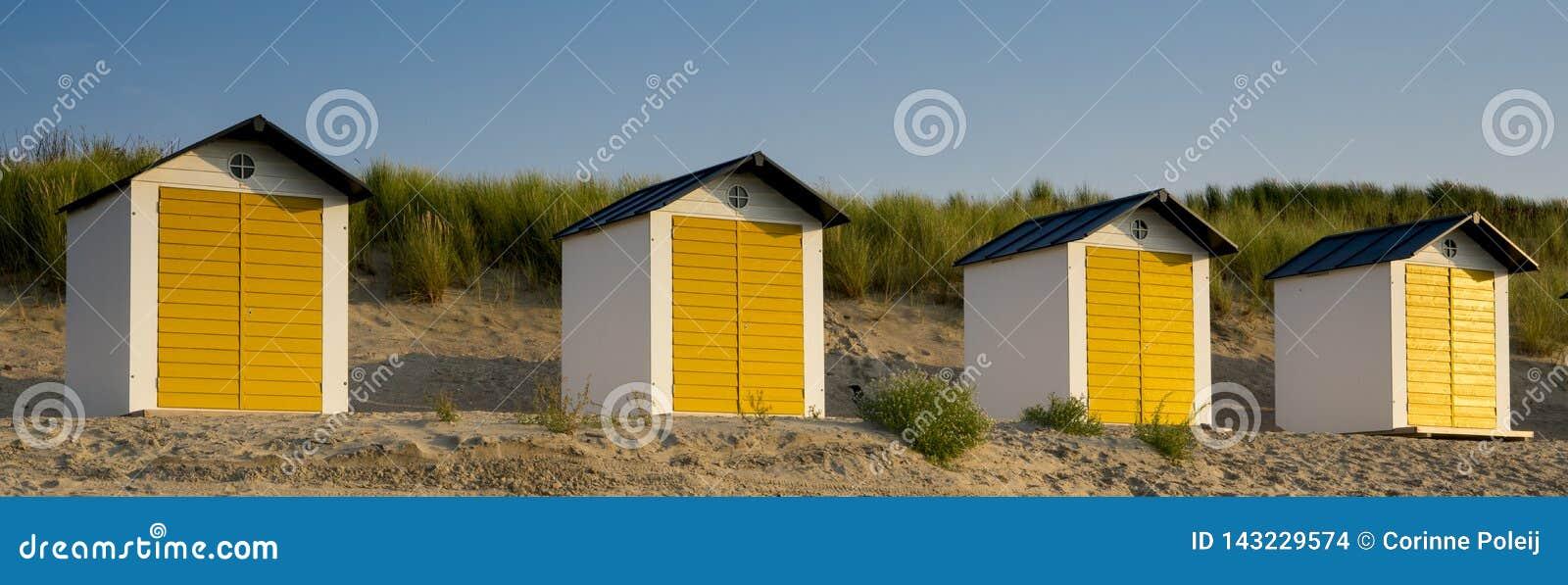 Witte gele strandhuizen in de Slechte duinen van Cadzand, Nederland