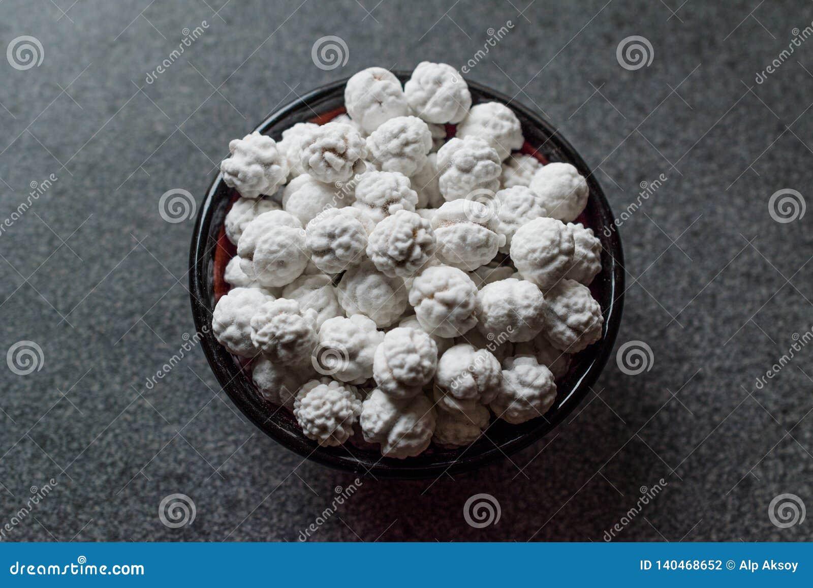 Witte Geroosterde Kekers met Suiker in Kleine Kom