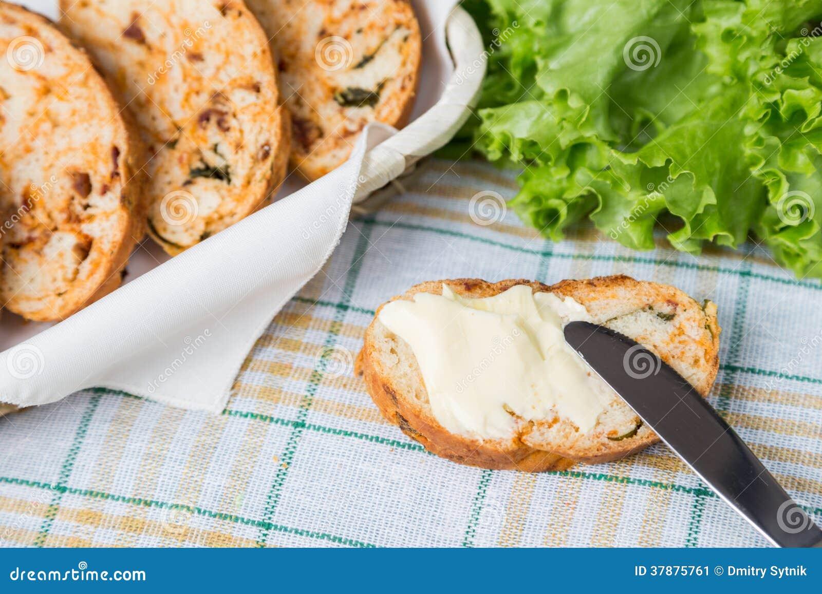 Witte gesneden eigengemaakte baguette met droge tomaten
