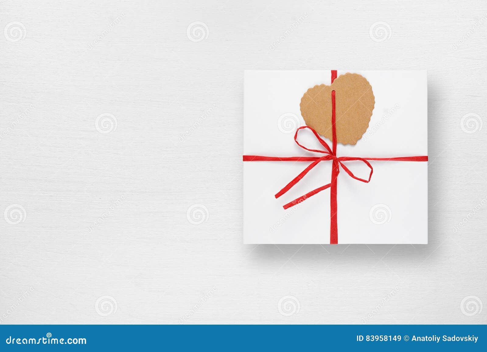 Witte giftdoos met markering in vorm van hart