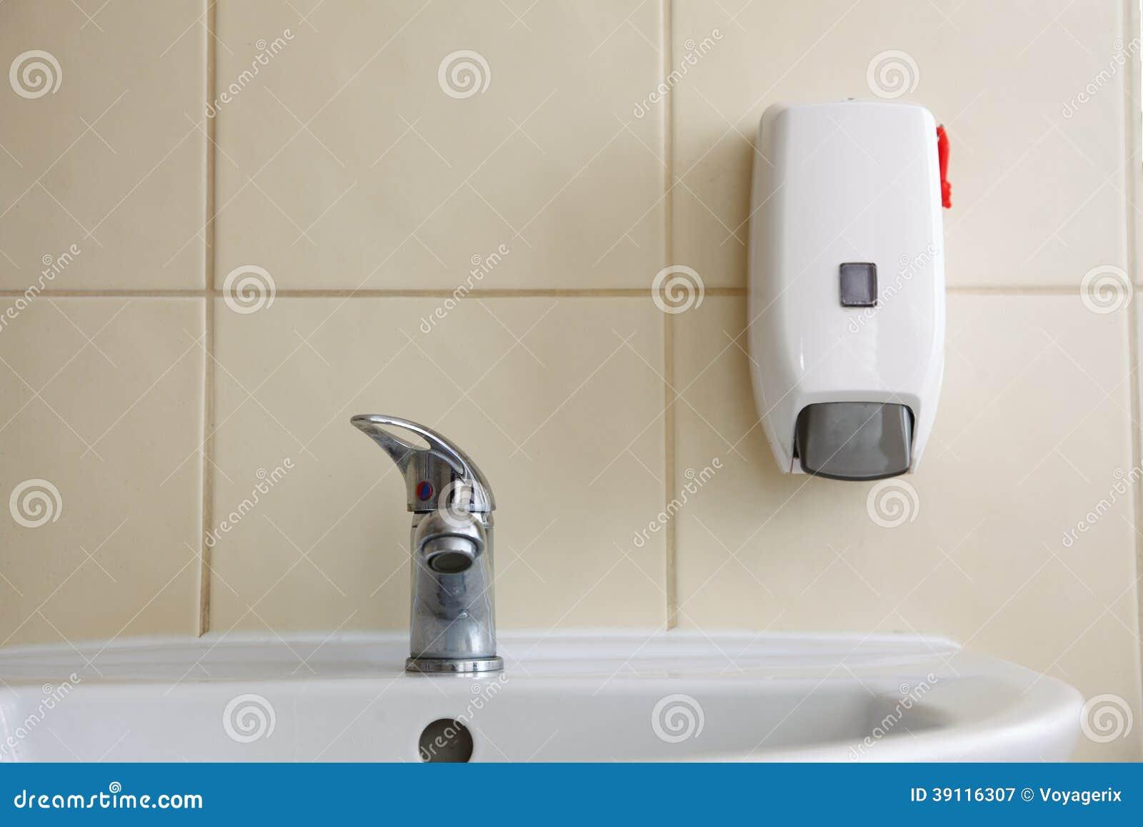Witte gootsteen en kraan in de badkamers