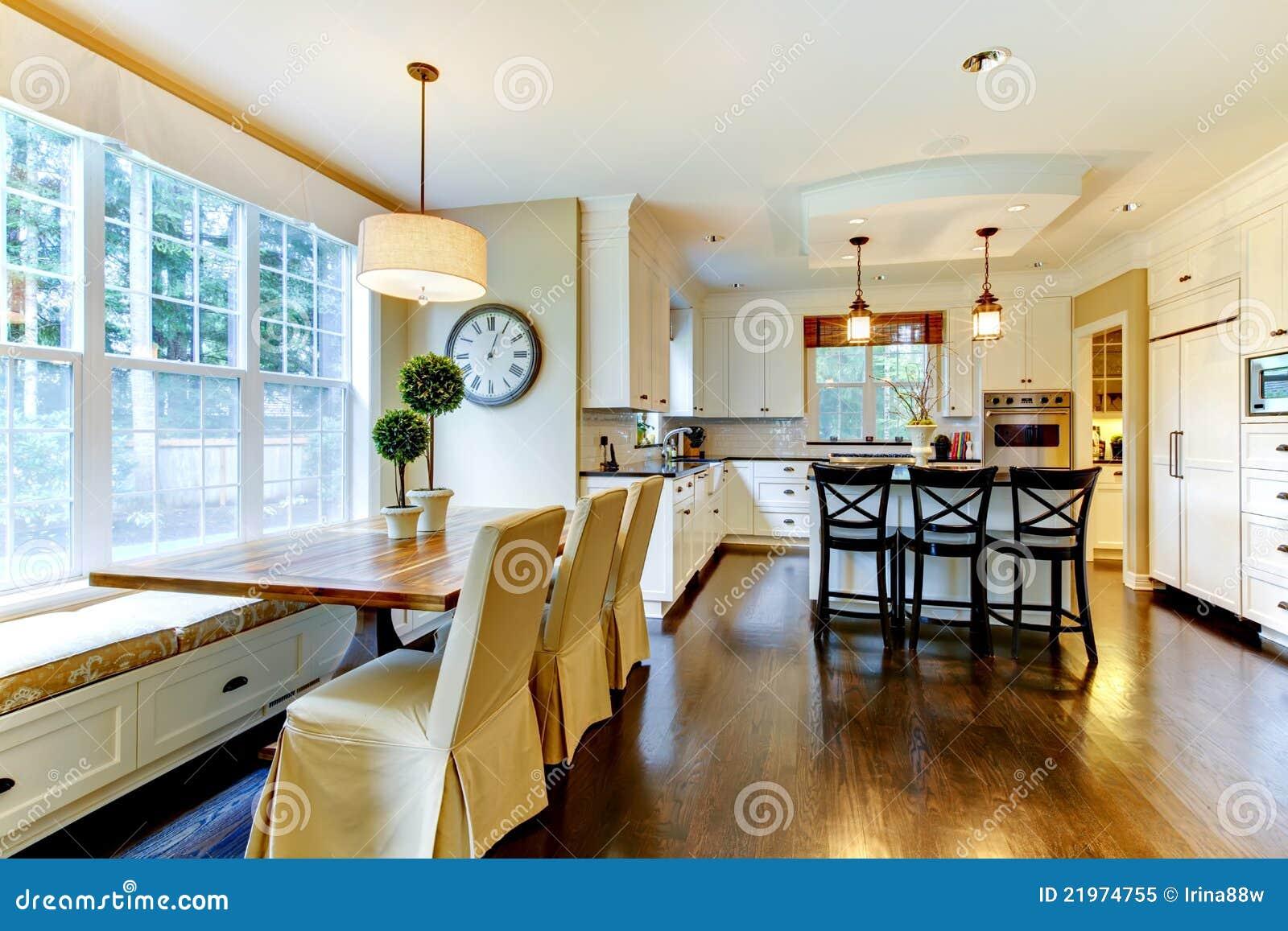 Witte grote luxe moderne keuken en eettafel royalty vrije stock foto afbeel - Cuisine de luxe moderne ...