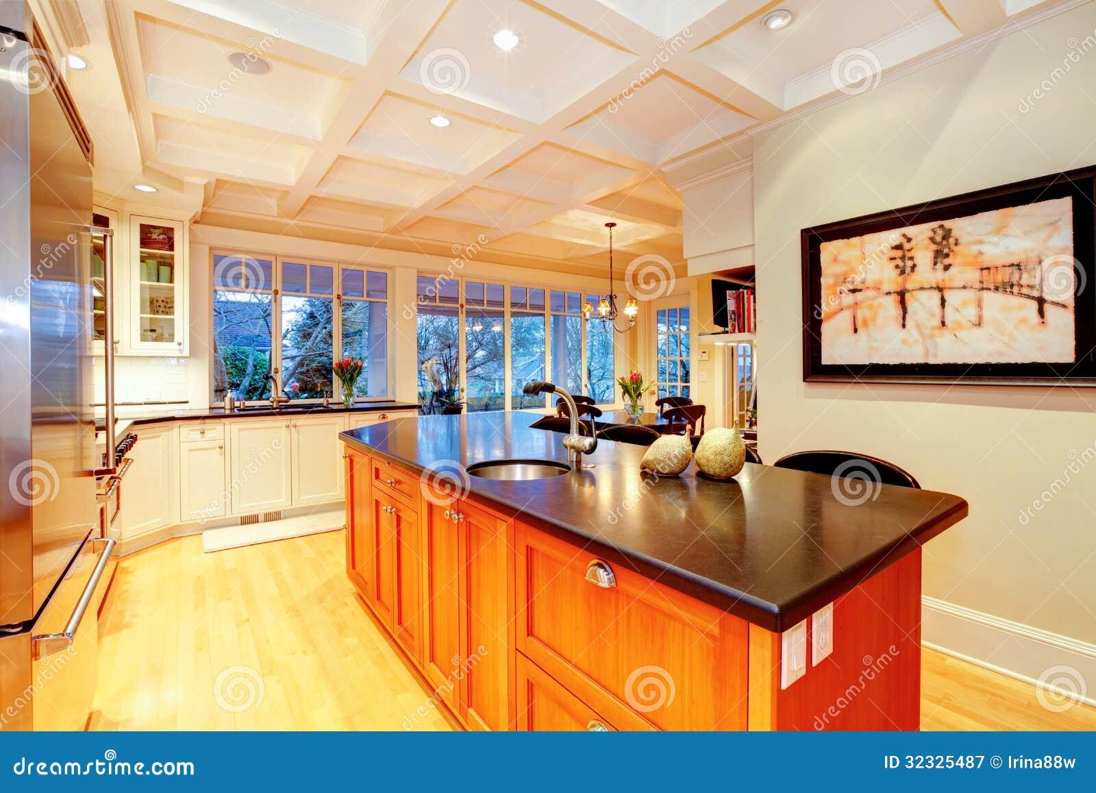 Witte grote luxekeuken met reusachtig houten eiland. royalty vrije ...