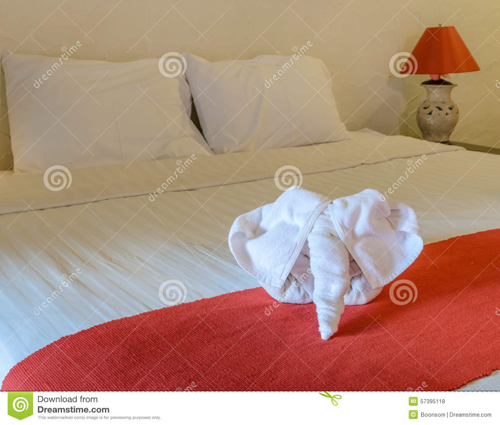 Witte handdoek in vorm van olifant op bed