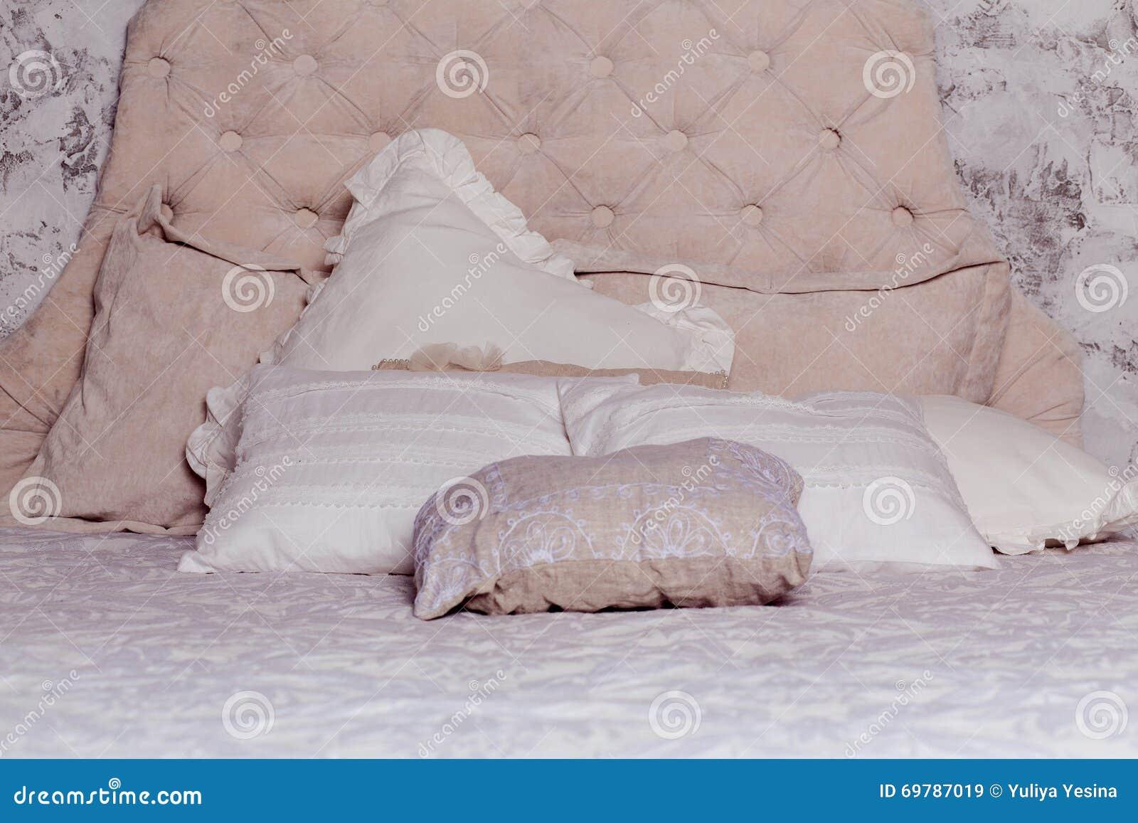 Witte hoofdkussens op klassiek bed in slaapkamer stock foto afbeelding 69787019 - Klassiek bed ...