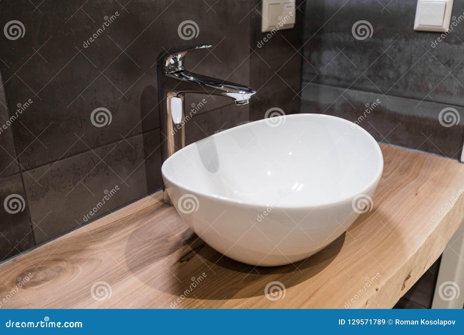 Witte hoogste ceramische wasbak met glanzende metaalmixer