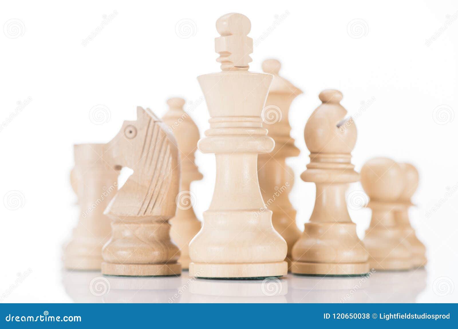 Witte houten schaakkoning met ridder en bischop aan kanten