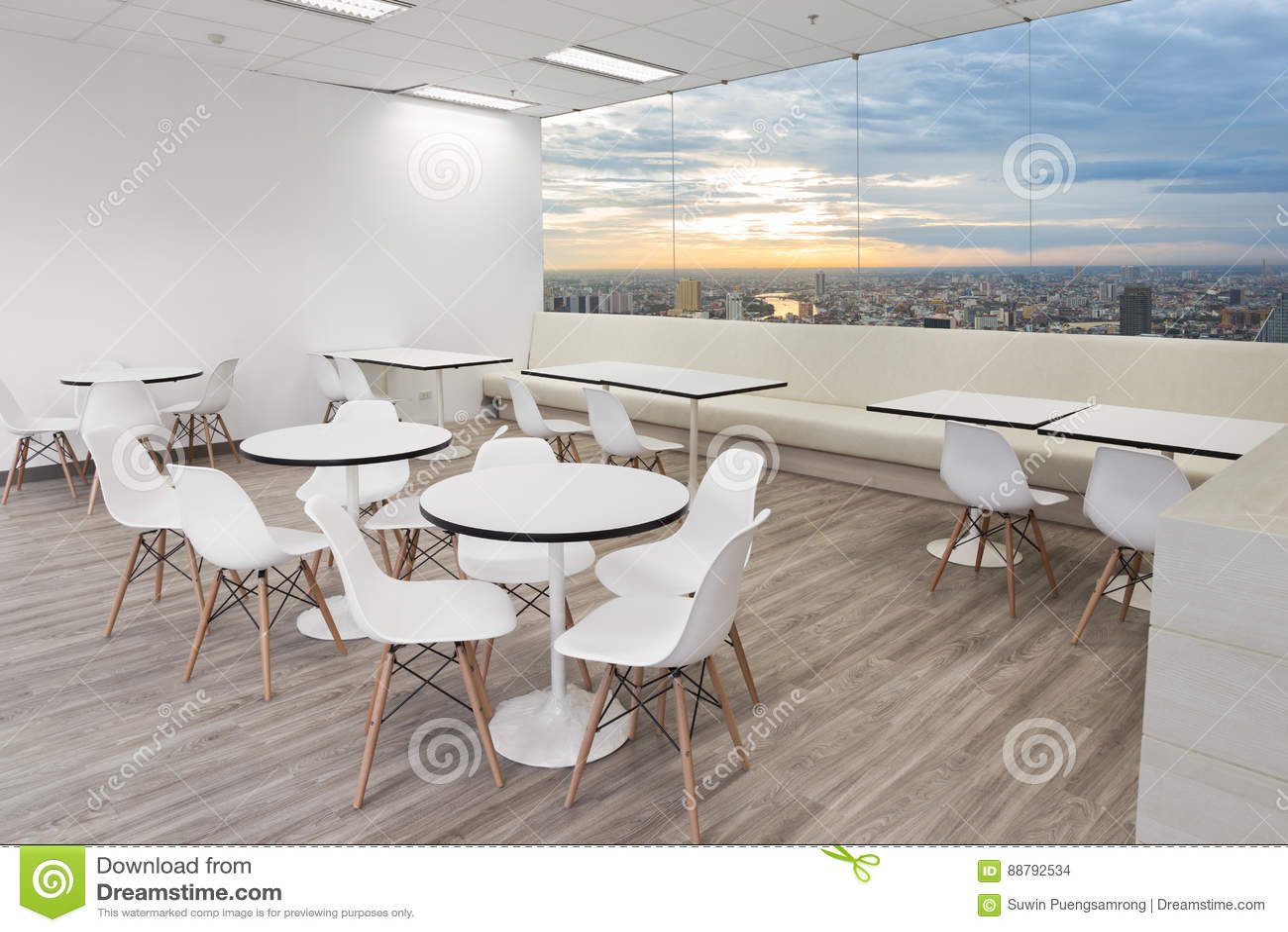 Witte houten stoel in eetkamer van modern bureau met vensters