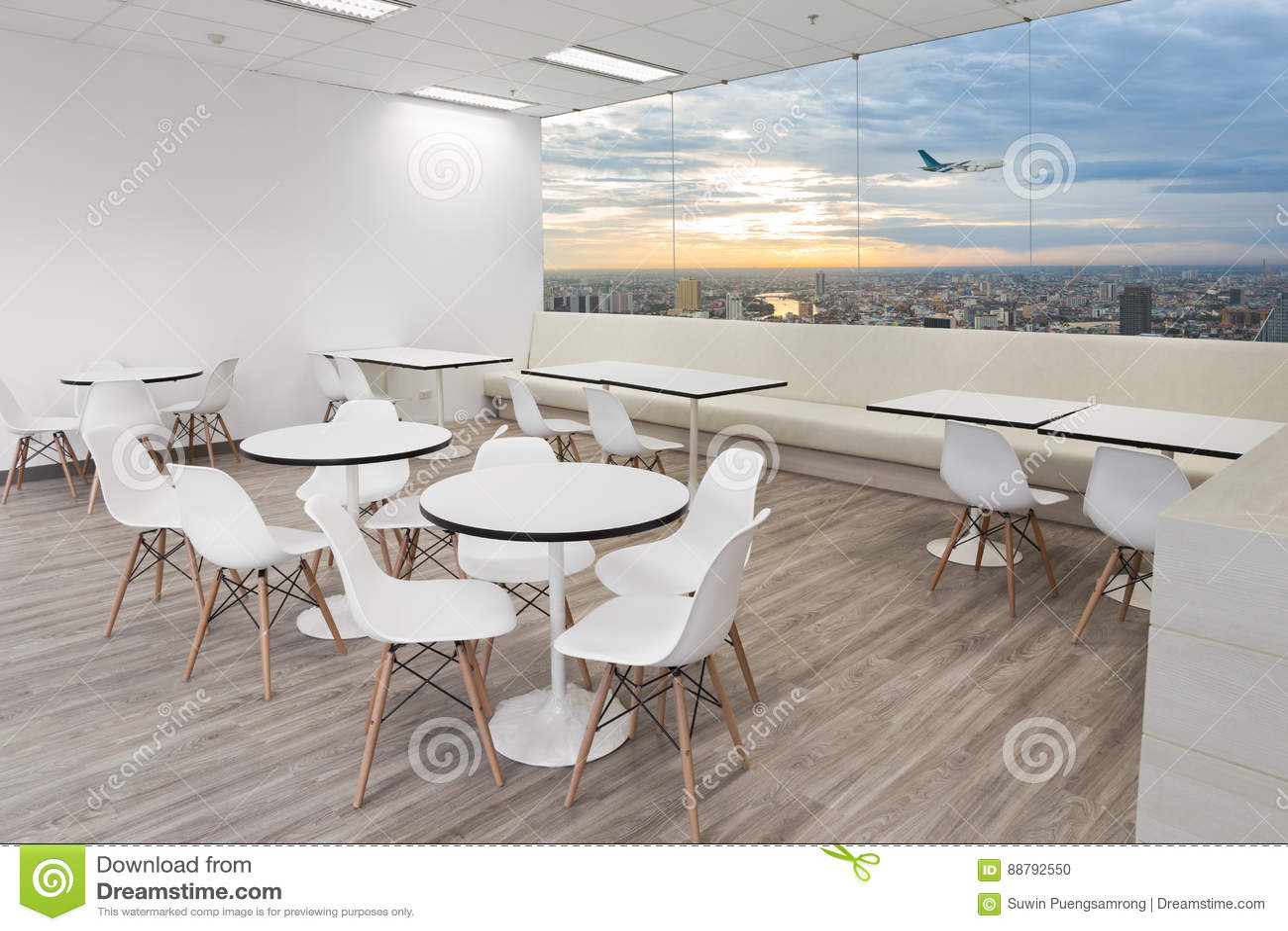 Witte houten stoelen in eetkamer van modern bureau met