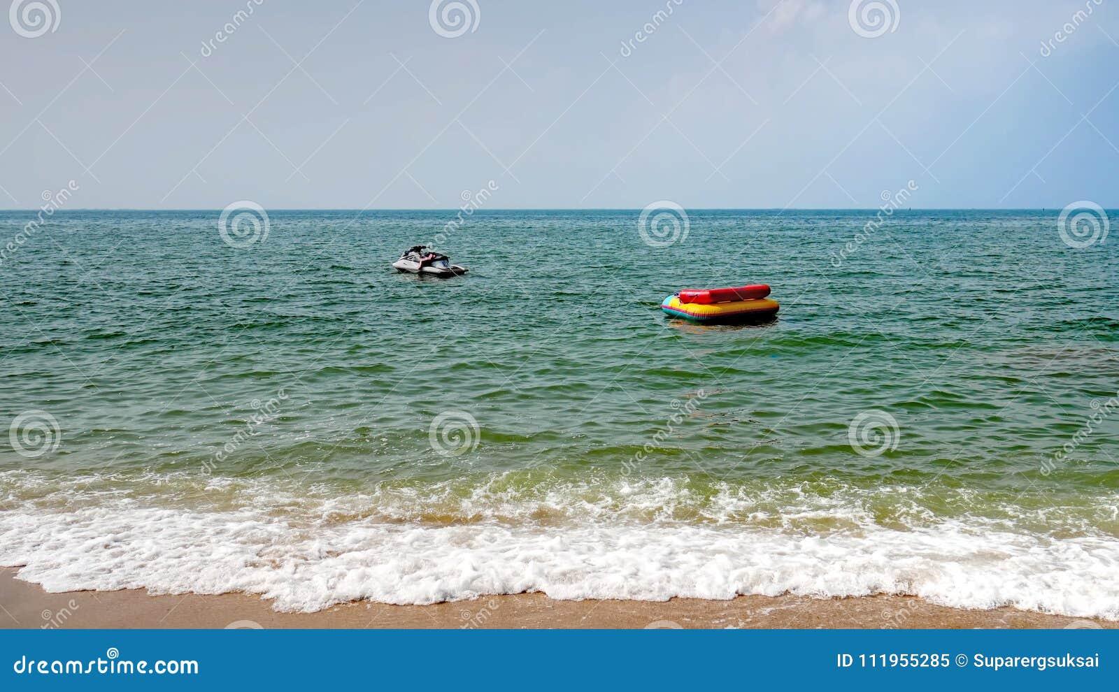 Witte Jet Ski Floating In The Sea