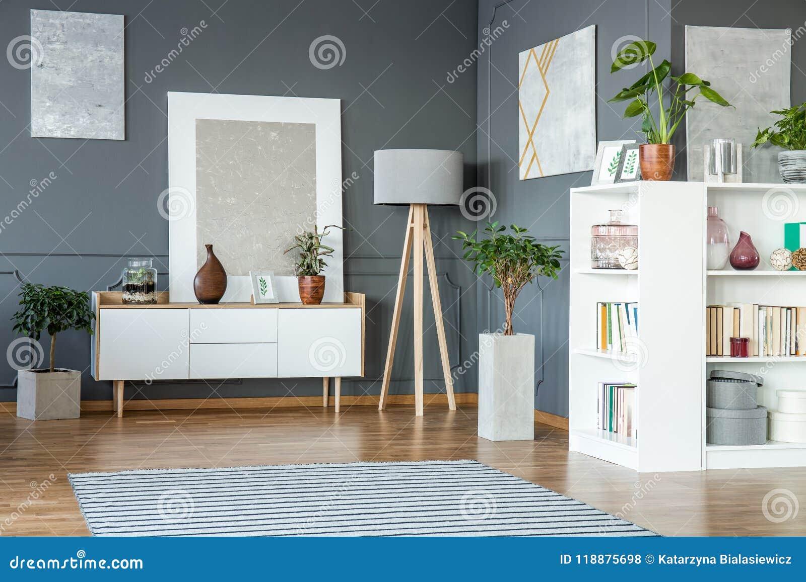 Het Witte Kabinet.Witte Kabinet En Planken Stock Foto Afbeelding Bestaande