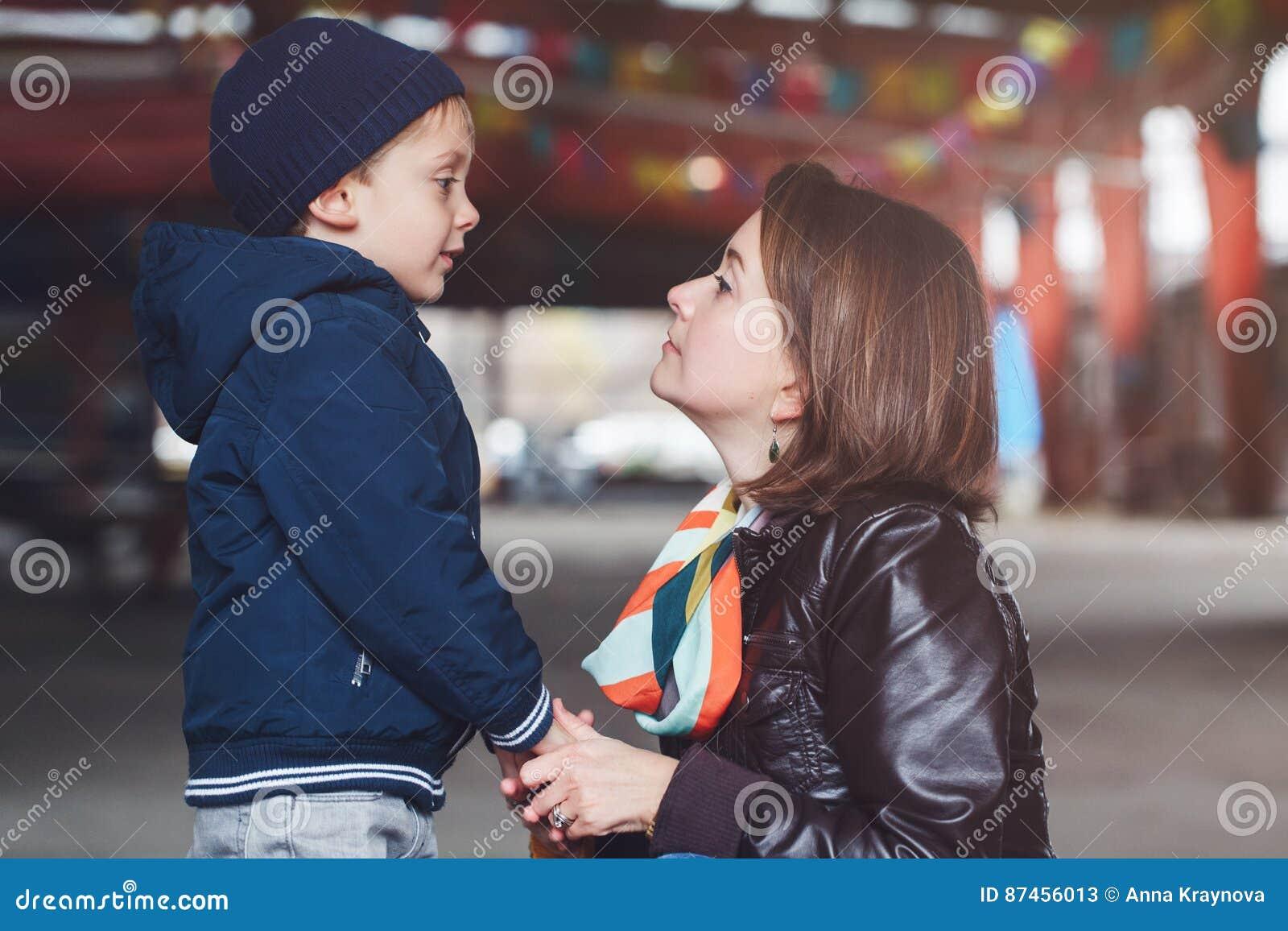 Witte Kaukasische moeder en zoon die aan elkaar, gelukkige familie spreken van twee