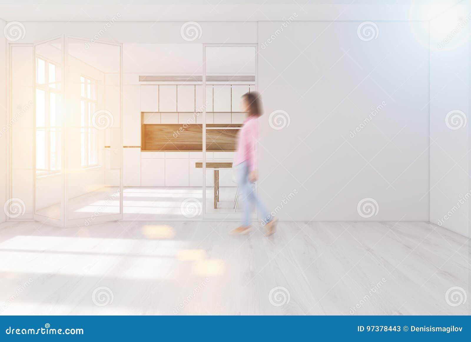 Kosten Houten Keuken : Witte keuken binnenlandse blinde muur meisje stock afbeelding