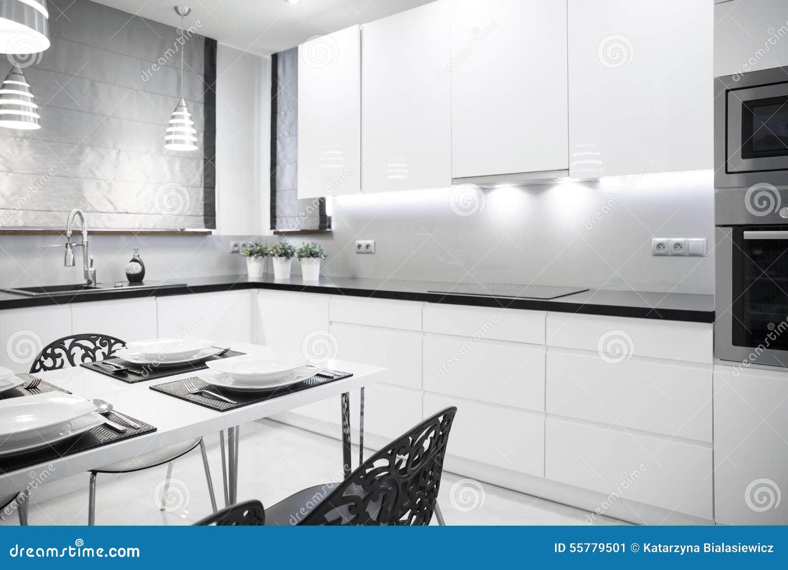 Witte keuken in eigentijds huis stock afbeelding afbeelding