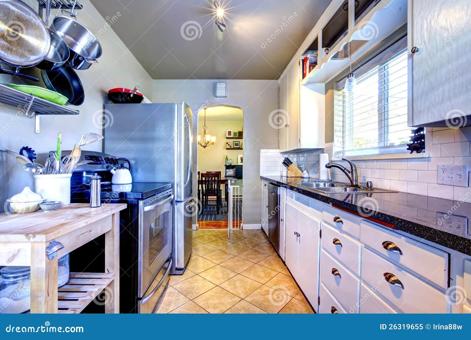witte keuken met grijze muren en potten en pennen royalty vrije stock foto beeld 26319655
