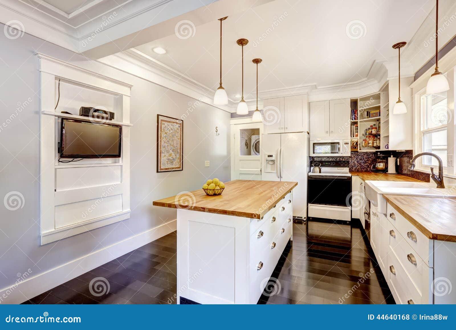Witte keukenkast met witte toestellen Keukeneiland met houten ...