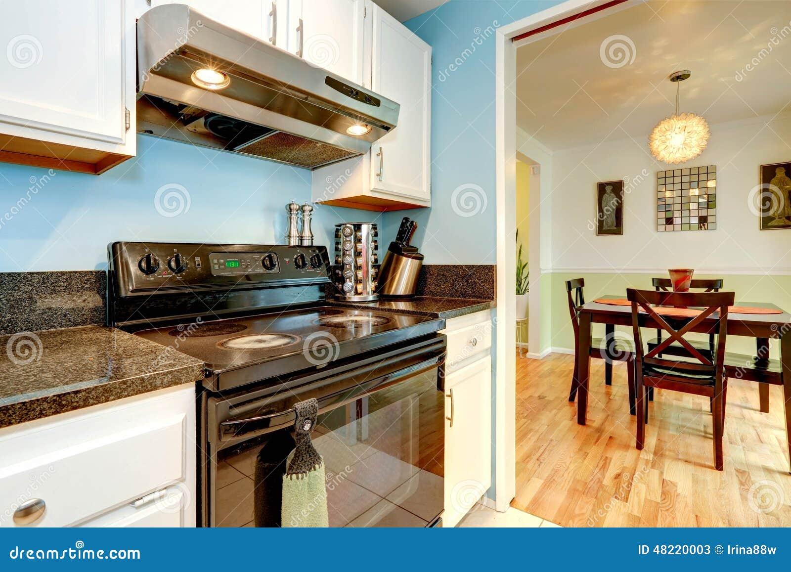 Zwart Keuken Fornuis : Witte keukenkasten met zwart fornuis stock afbeelding afbeelding