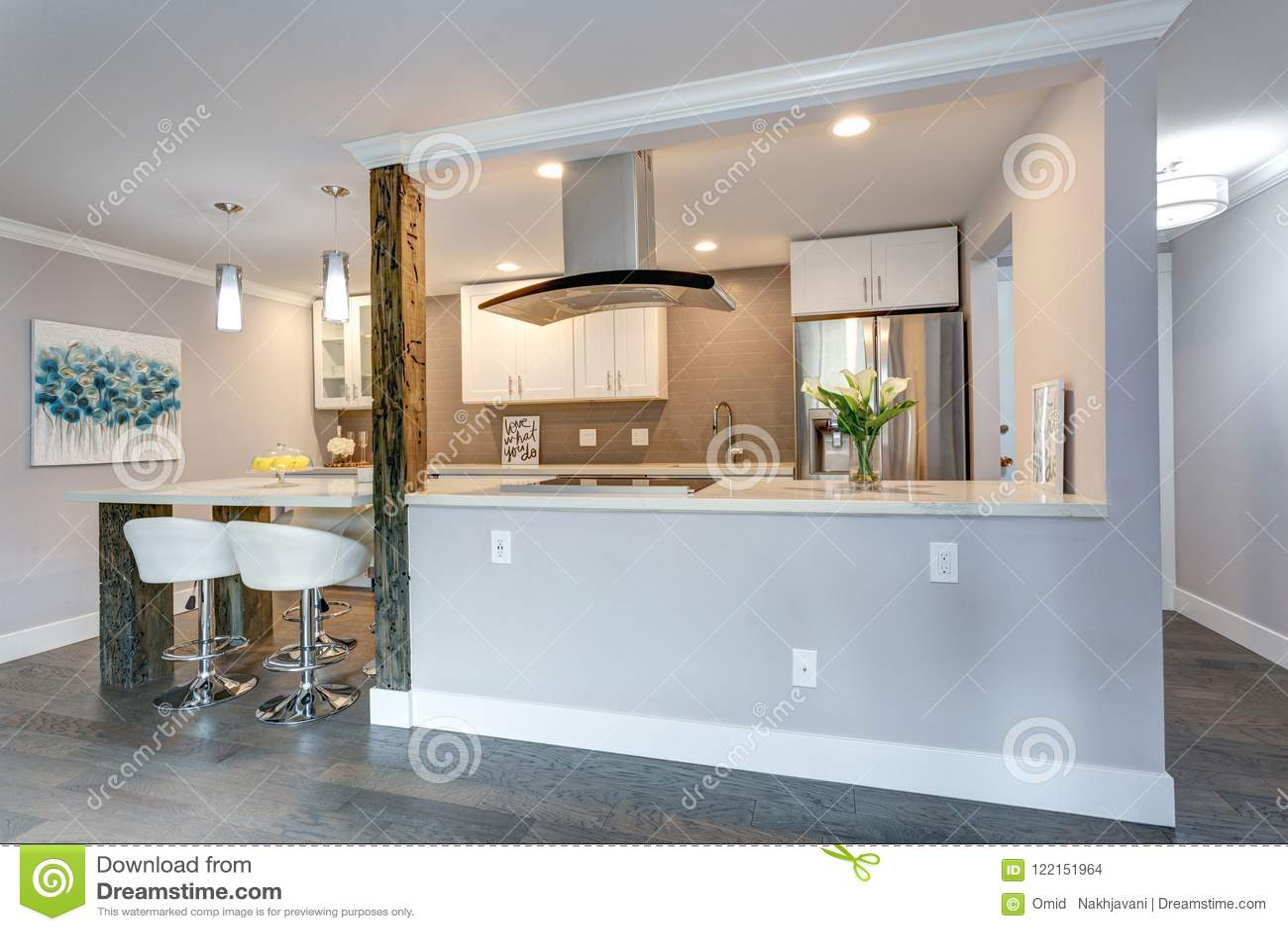 Keuken Witte Kleine : Witte kleine keuken in moderne flat stock foto afbeelding