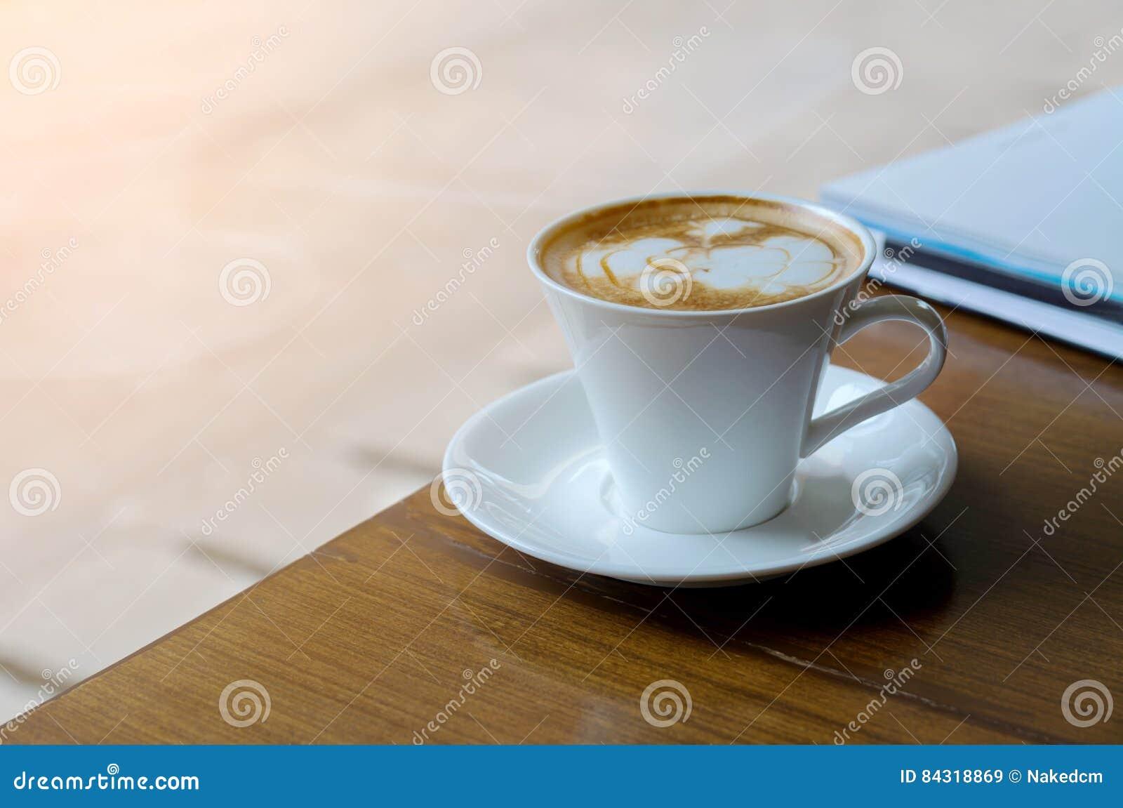 Witte Koffiekop op Houten Bureau