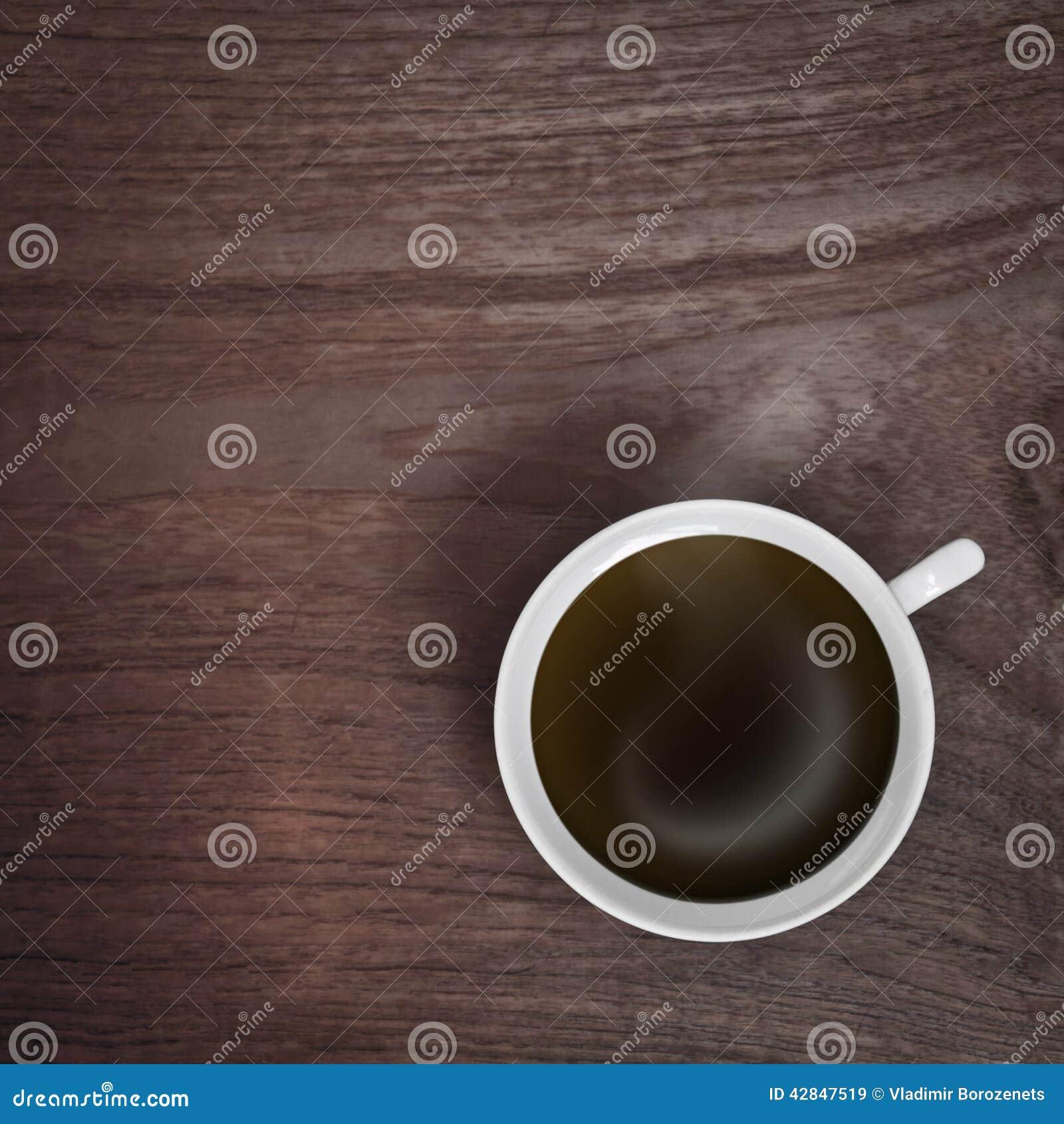 Witte koffiekop op houten lijst
