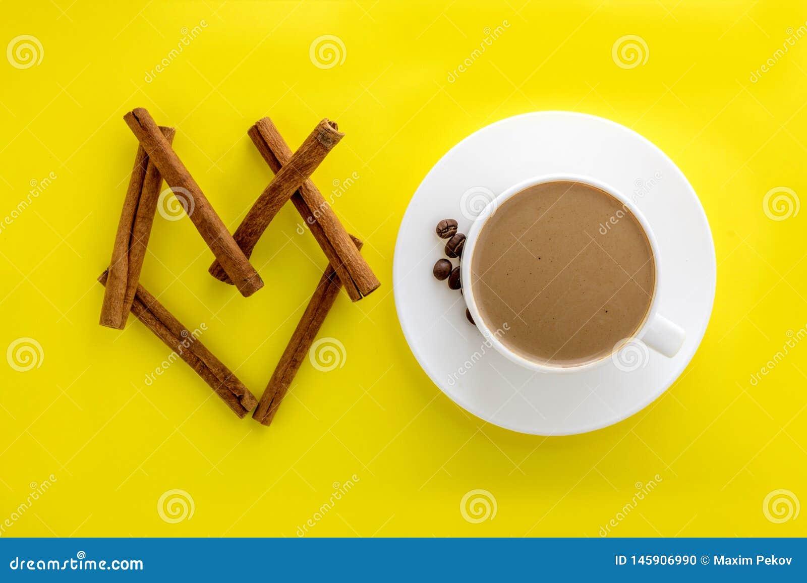 Witte kop hete koffie en pijpjes kaneel