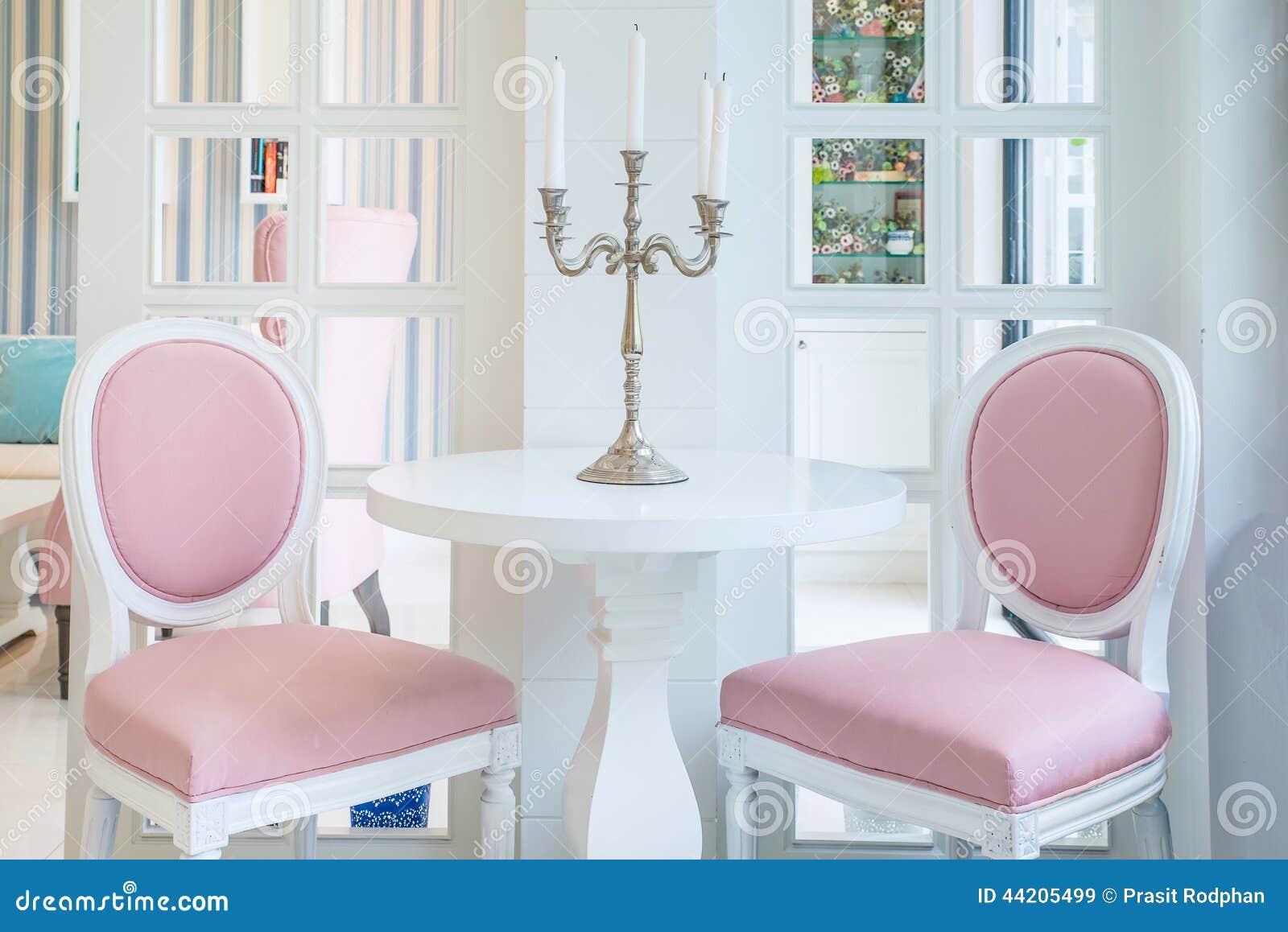 Witte Lijst En Roze Stoel Met Kaars Op Lijst In Woonkamer Stock ...