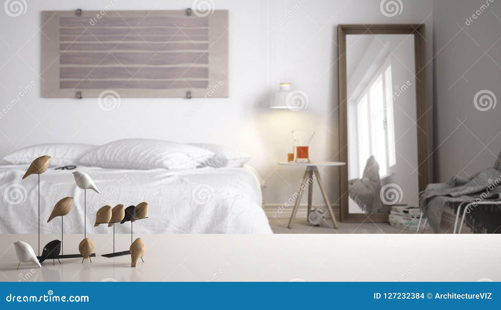 Witte lijstbovenkant of plank met minimalistic vogelornament, vogeltje knick - handigheid over vage eigentijdse slaapkamer met tw