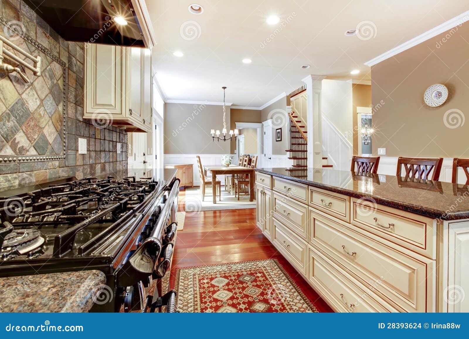Witte luxekeuken met steen, tegels groot fornuis. stock ...