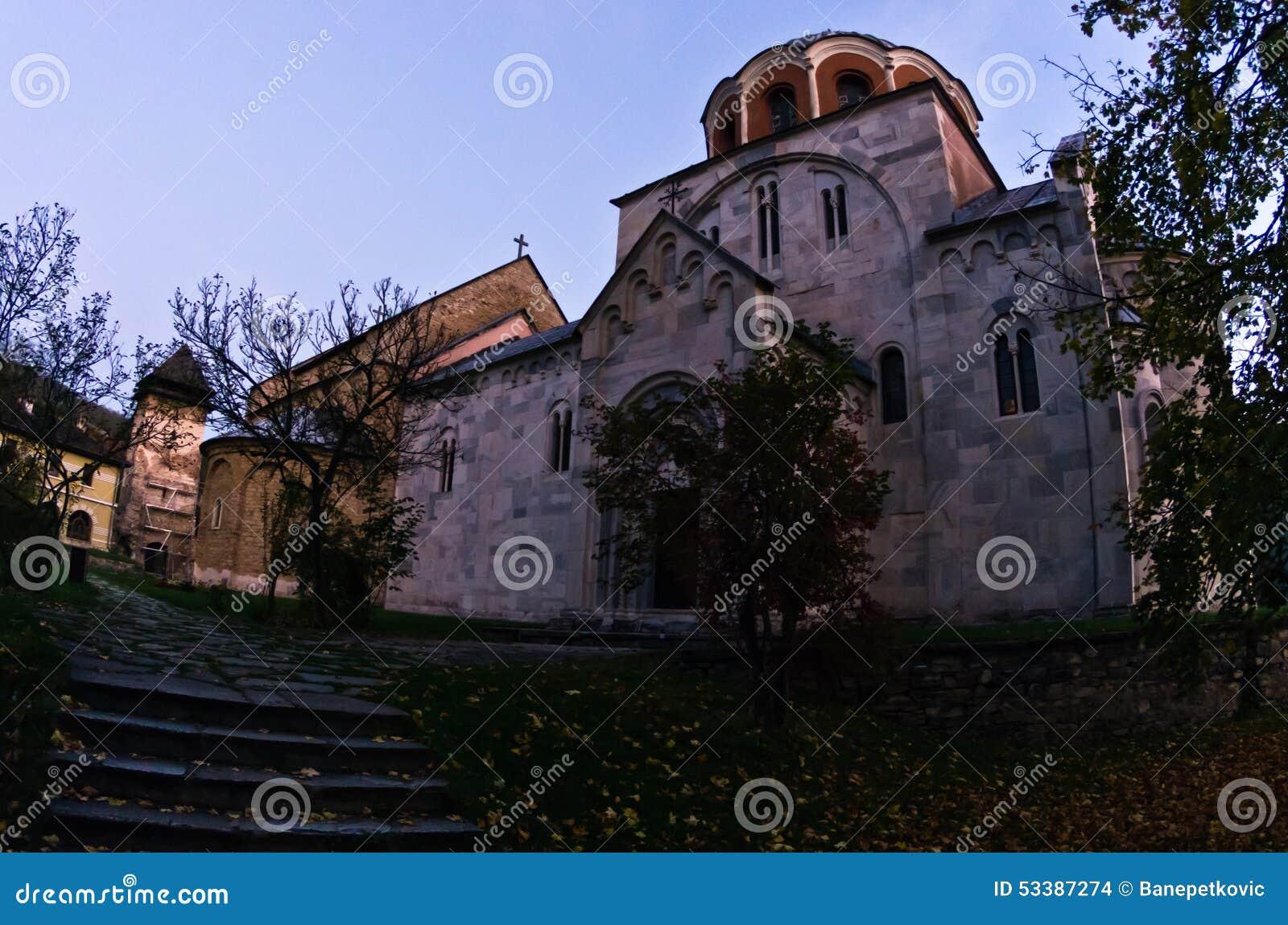 Witte marmeren kerk van 12 eeuw bij Studenica-klooster