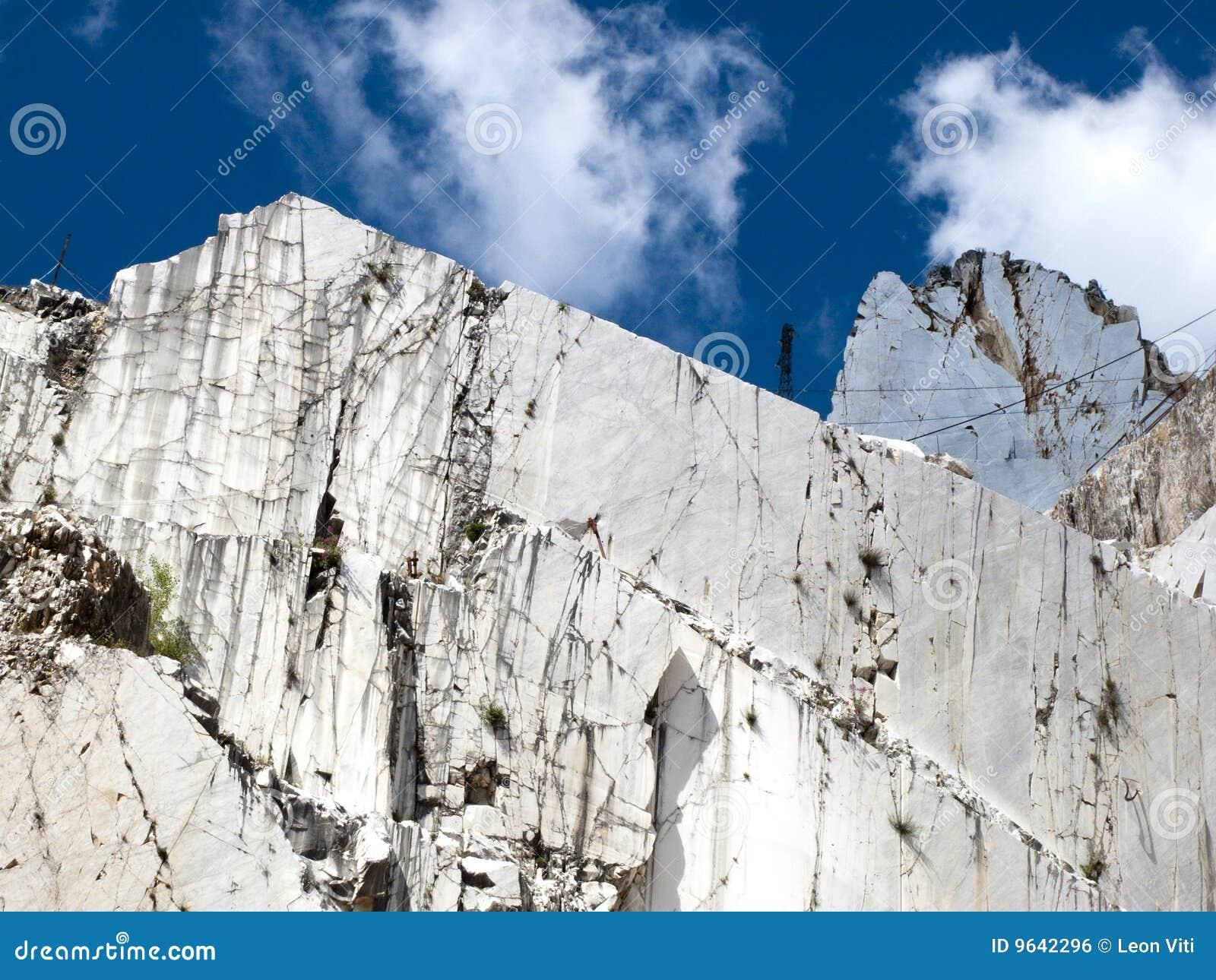 Witte marmeren steengroeve in jachthavenDi Carrara