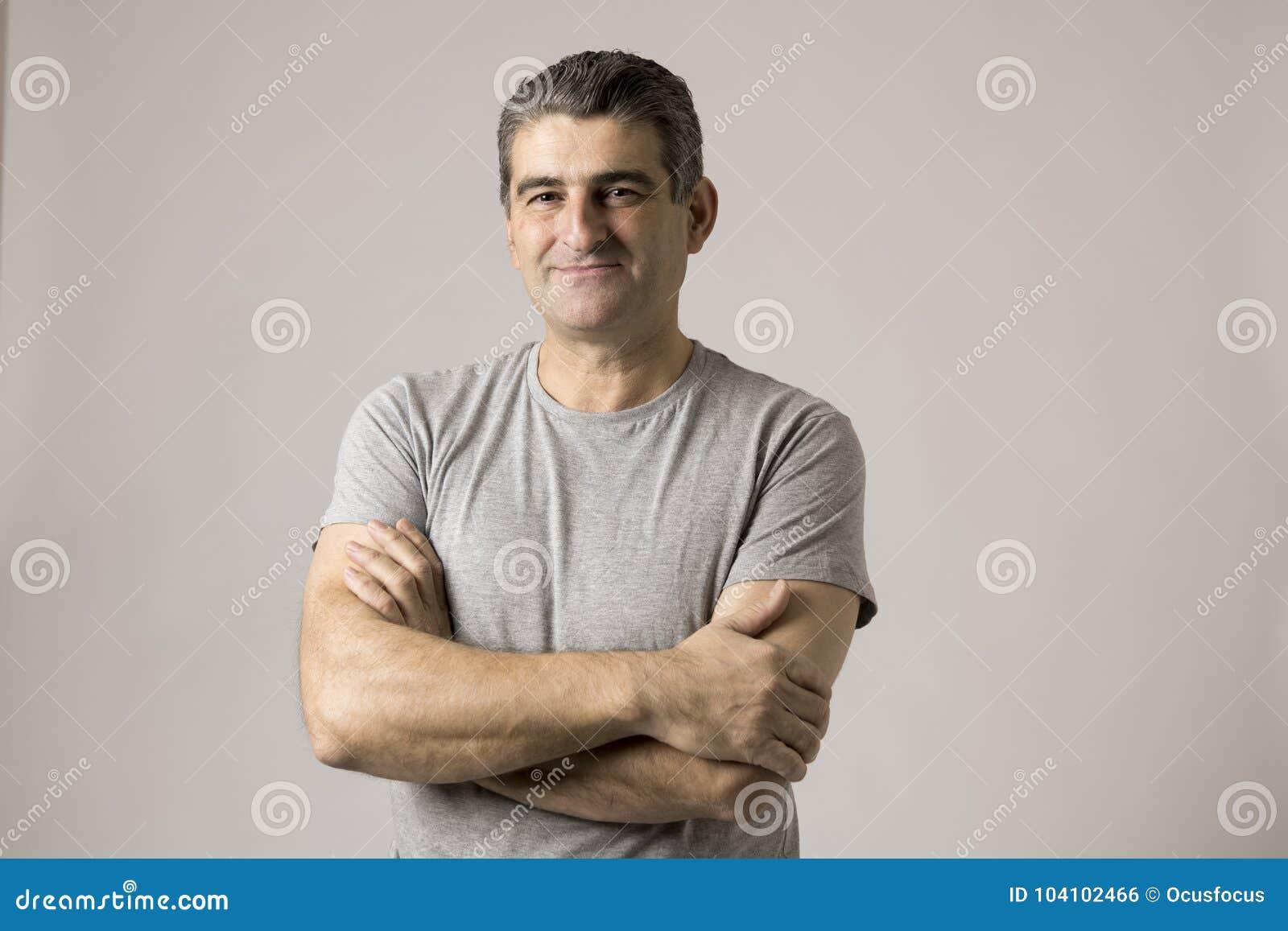 Witte mens 40 tot 50 van de oude het glimlachen gelukkige tonende aardige en positieve die gezichtsjaar uitdrukking op grijze ach