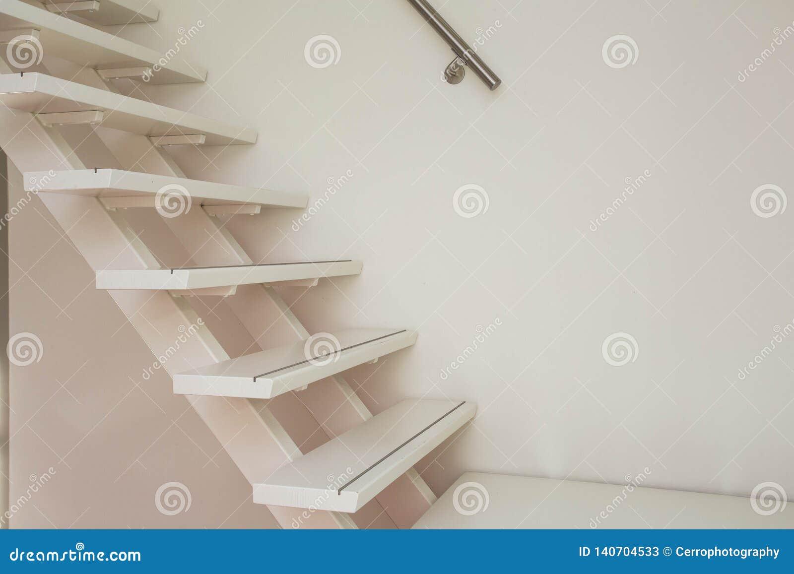 Witte moderne houten Trap en wit muurclose-up