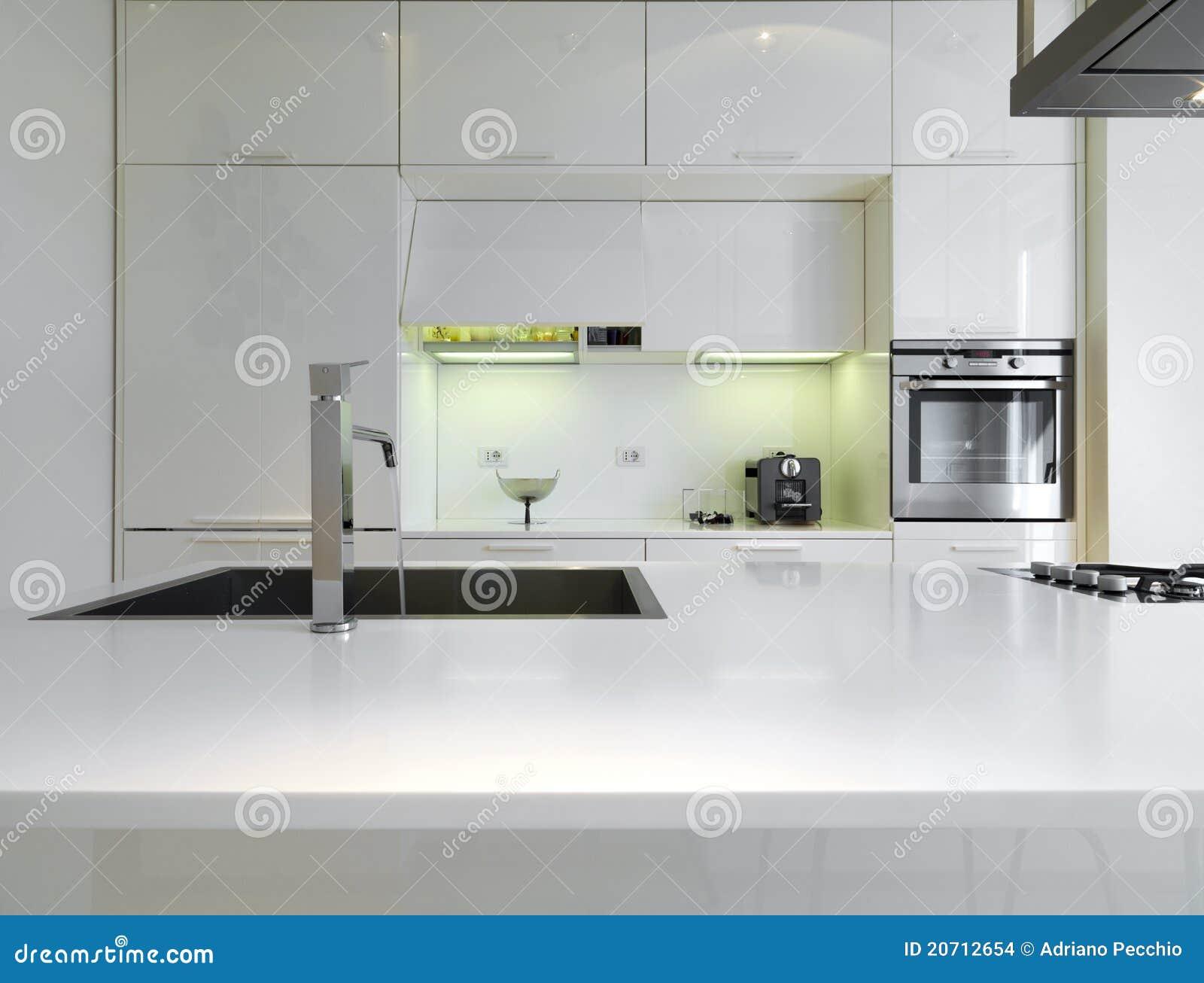 Witte moderne keuken stock afbeeldingen   afbeelding: 20712654