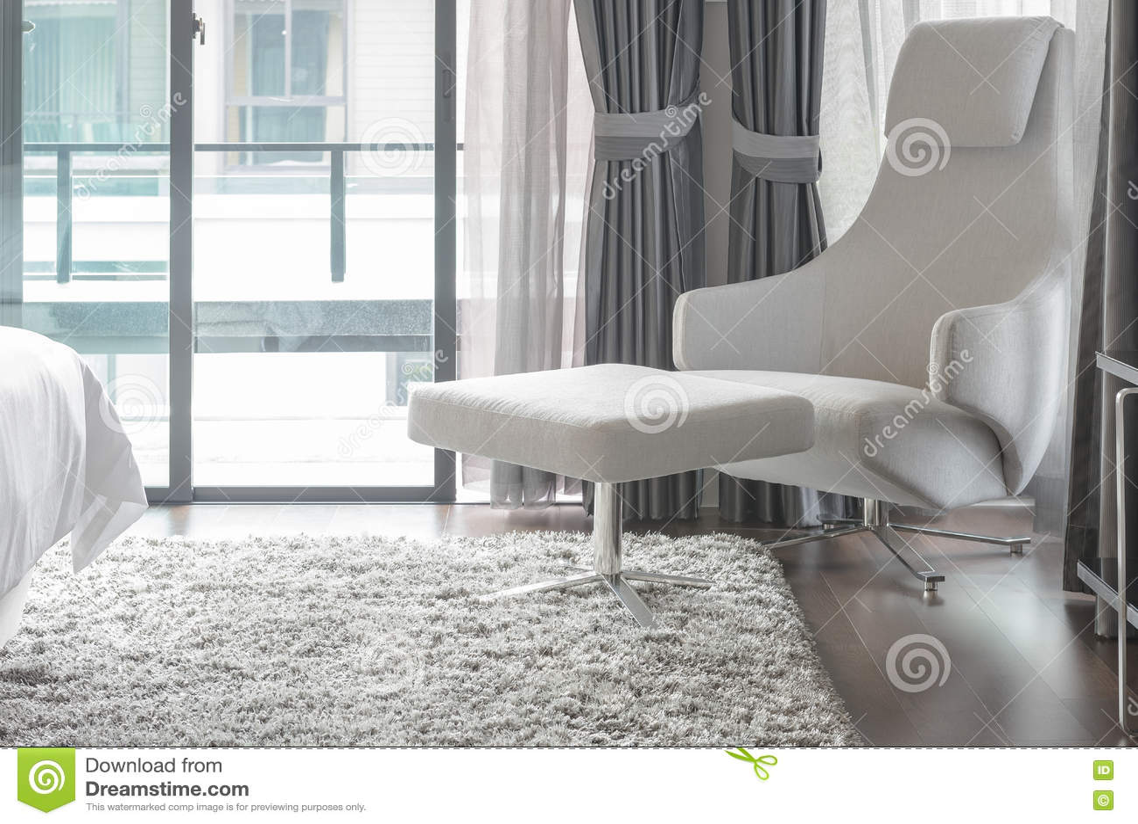 Slaapkamer Met Tapijt : Witte moderne stoel op tapijt in moderne slaapkamer stock foto