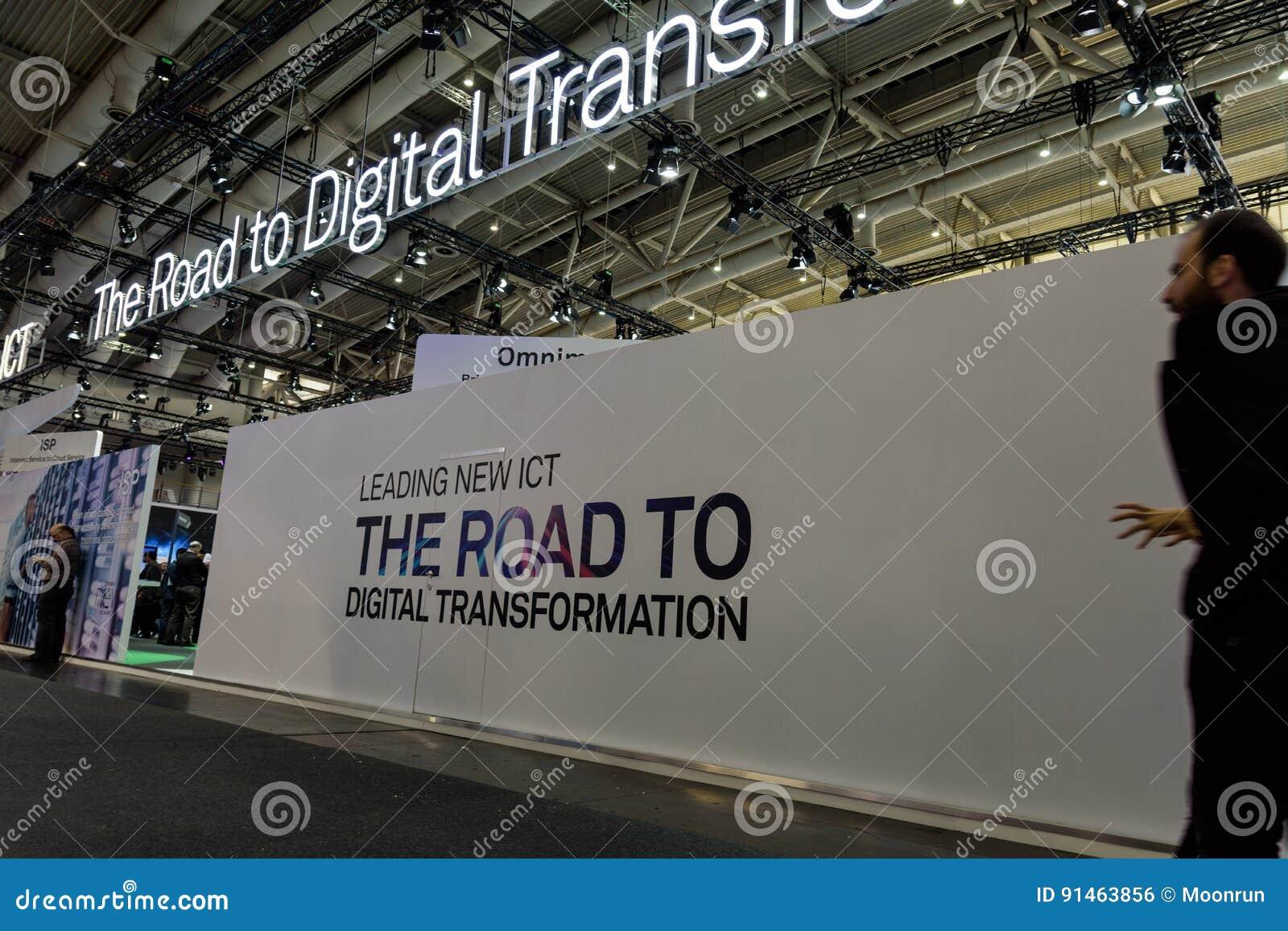 Witte muur met slogan over digitale transformatie bij CeBIT2017