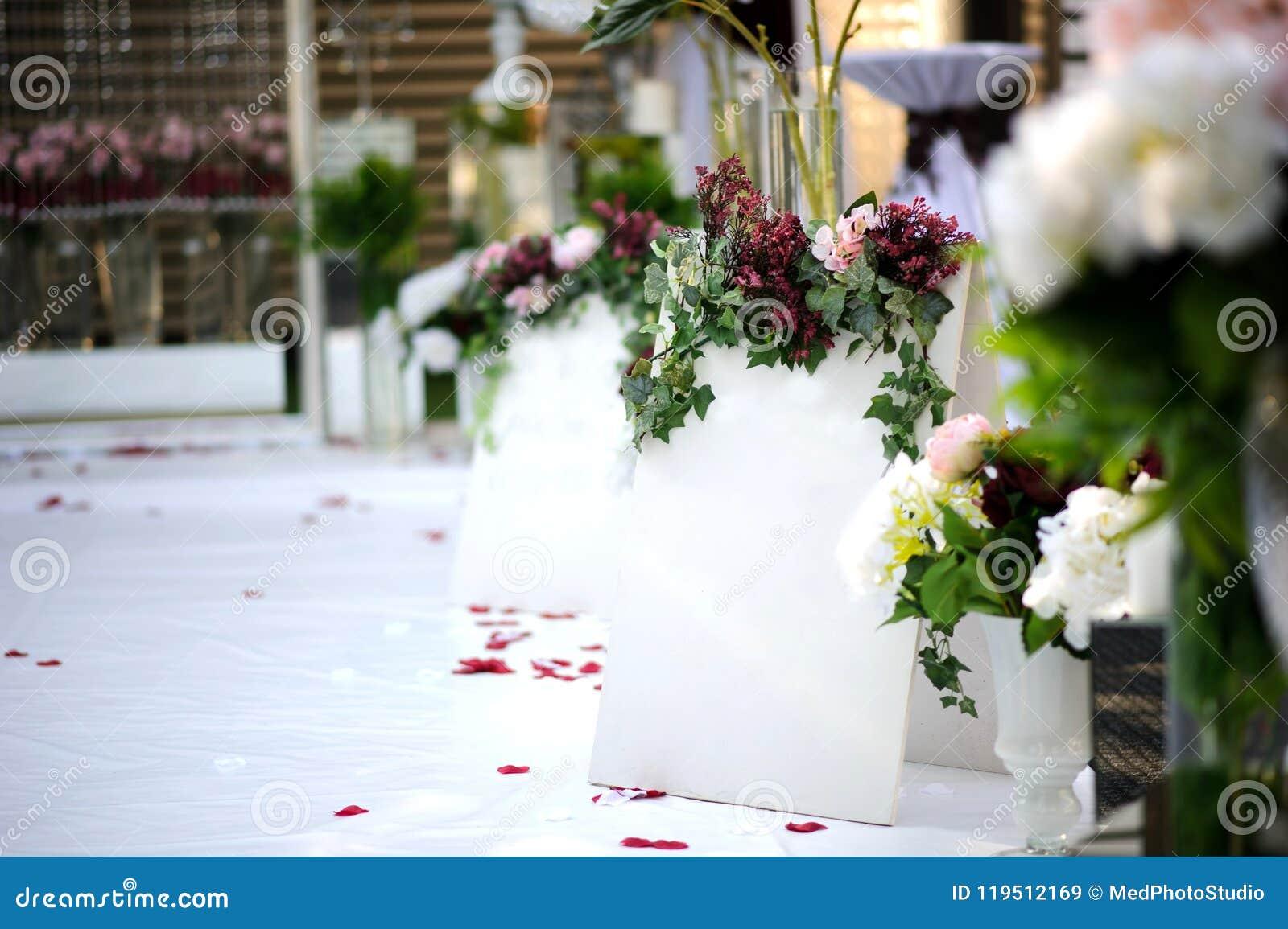 Witte muur voor inschrijving op de uitstekende stijl van de huwelijksdecoratie