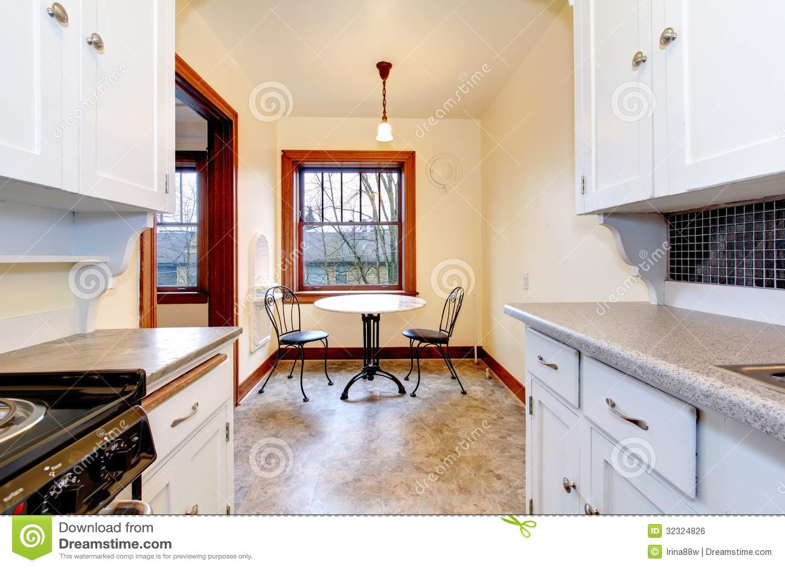 Witte oude keuken met kleine eettafel royalty vrije stock afbeelding afbeelding 32324826 - Kleine witte keuken ...