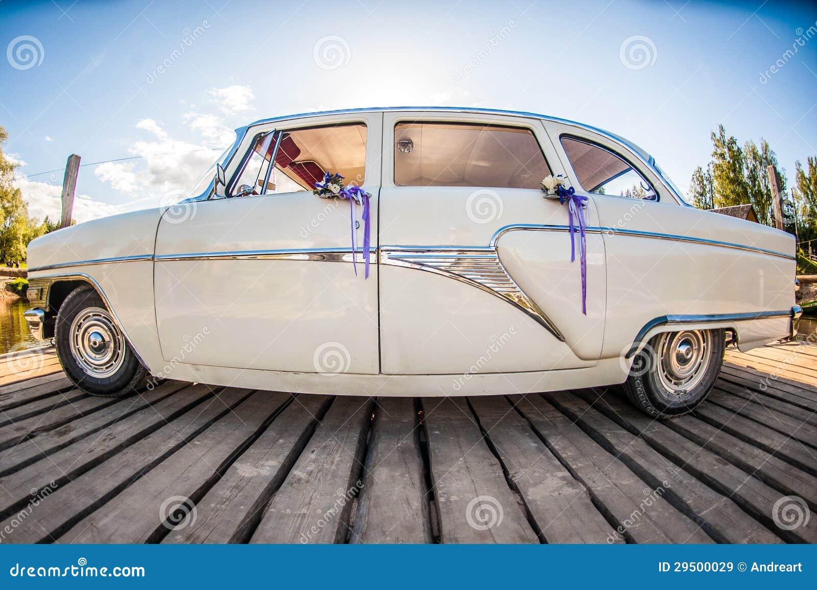 Witte retro huwelijksauto