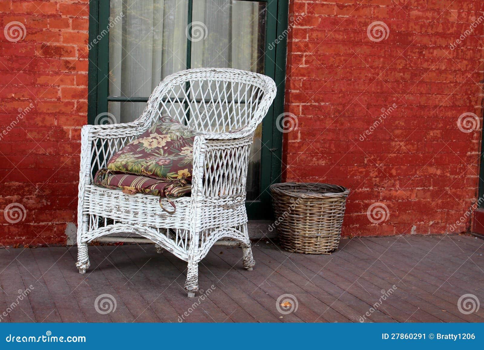 Witte rieten stoel en rode baksteen stock afbeelding afbeelding