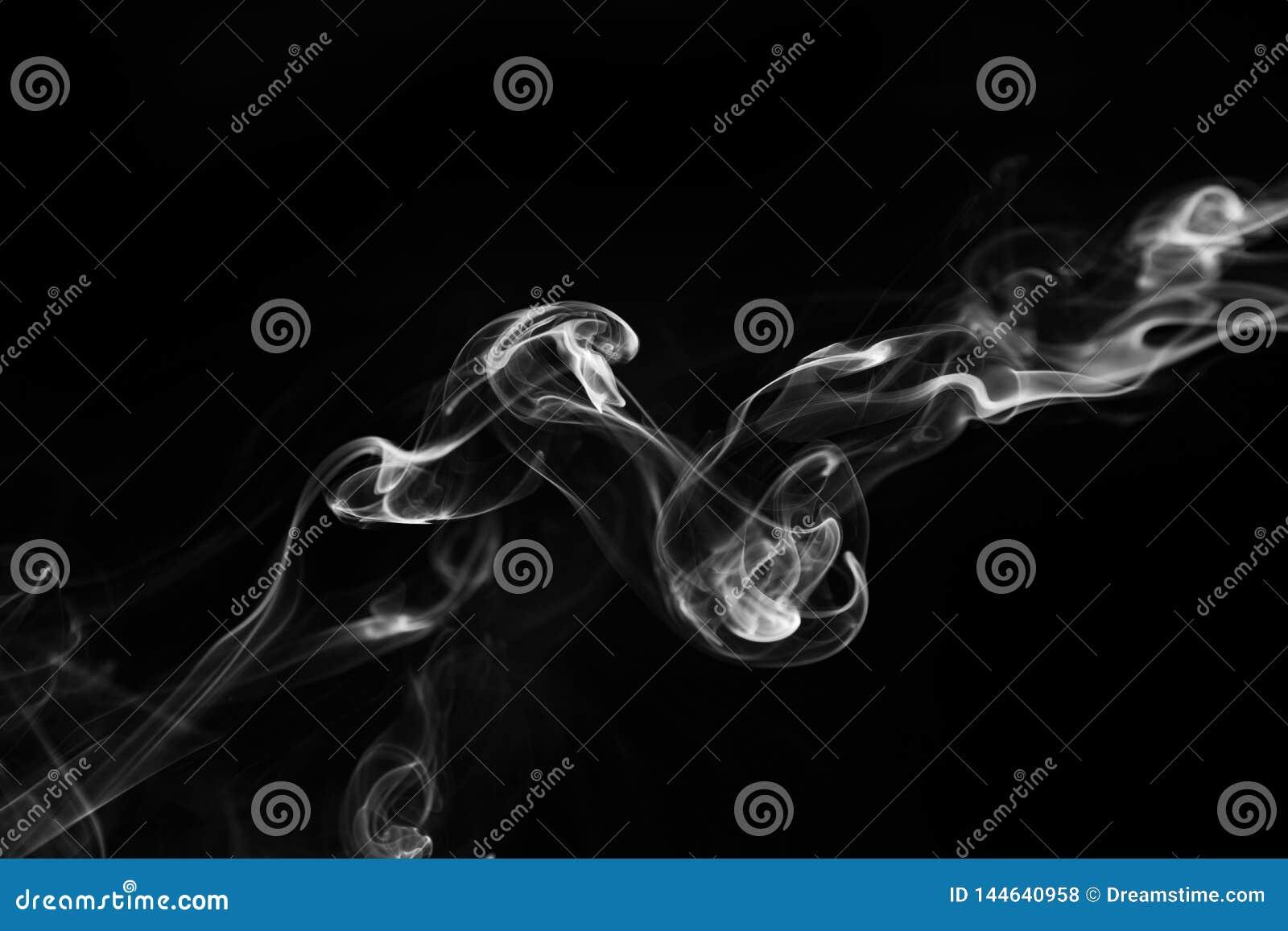 Witte rookwervelingen op een zwarte achtergrond