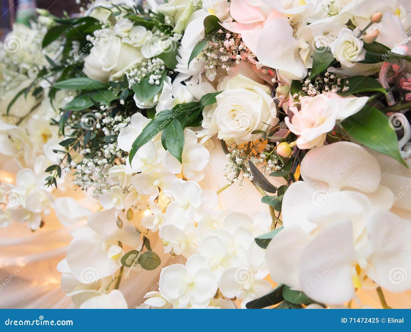 Witte rozen decoratie in restaurant binnen stock afbeelding