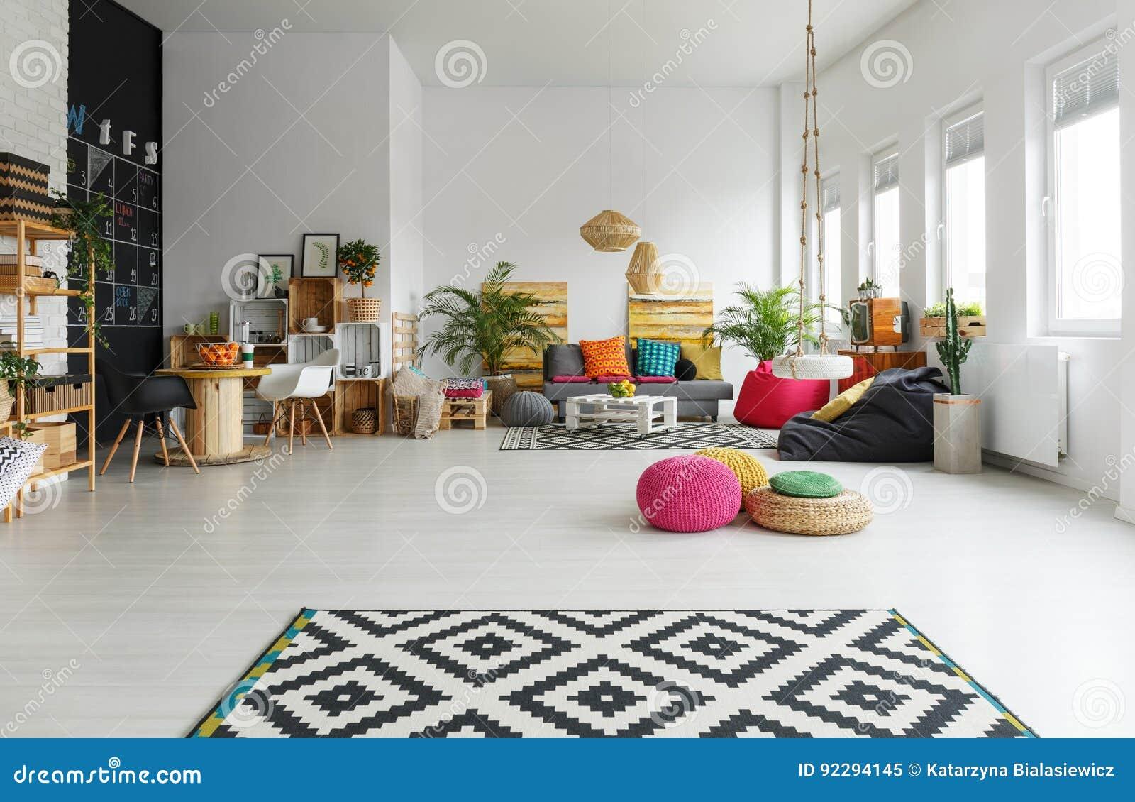 Kleurrijke Witte Woonkamer : Witte ruimte met kleurrijke poef stock afbeelding afbeelding