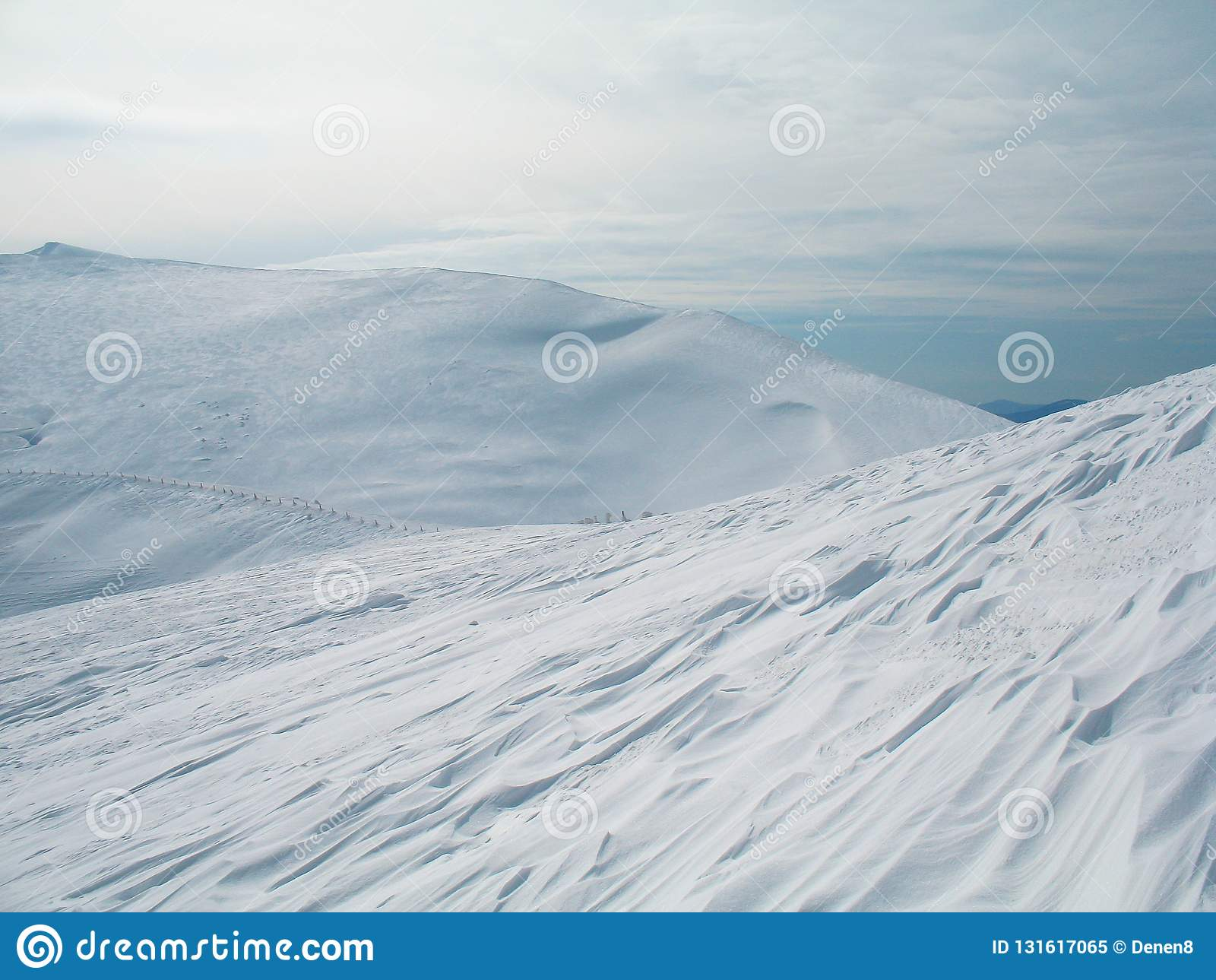 Witte sneeuw behandelde bergpieken op hoogte Koude de winterachtergrond