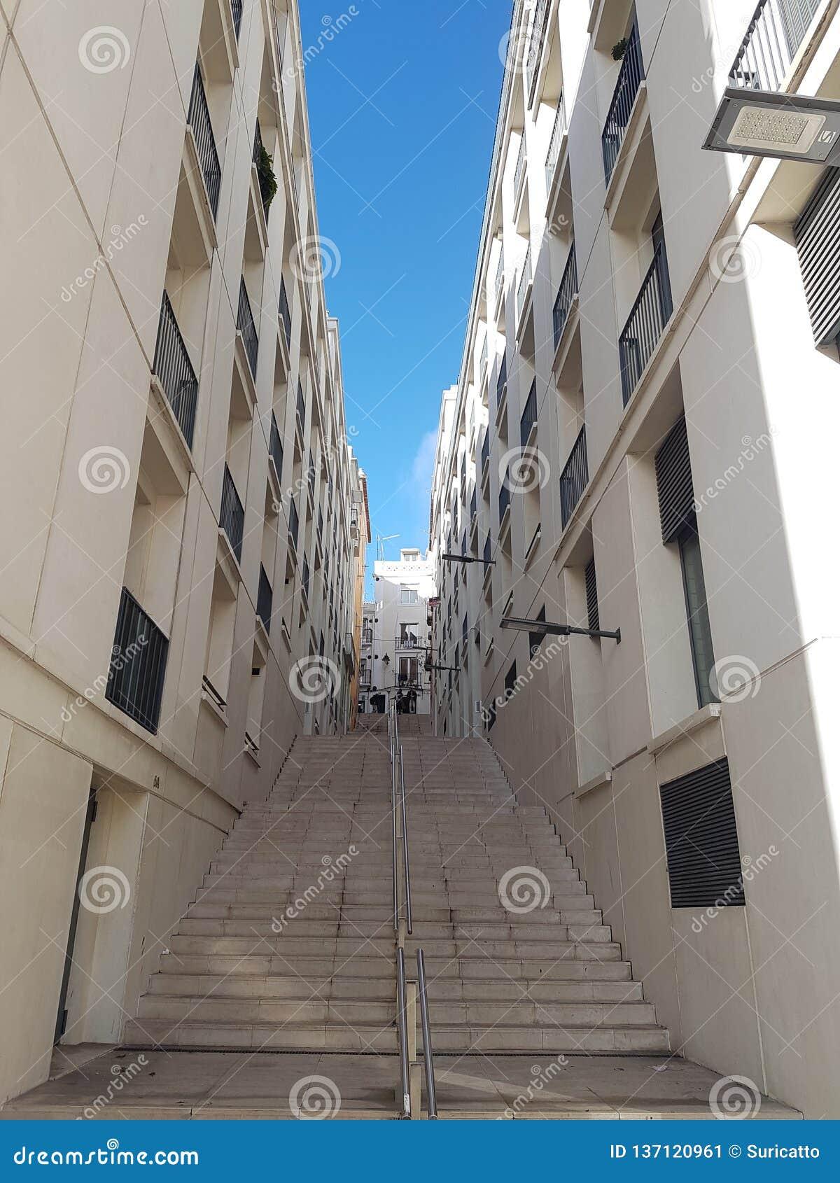 Witte stappen over heuvelig Lissabon