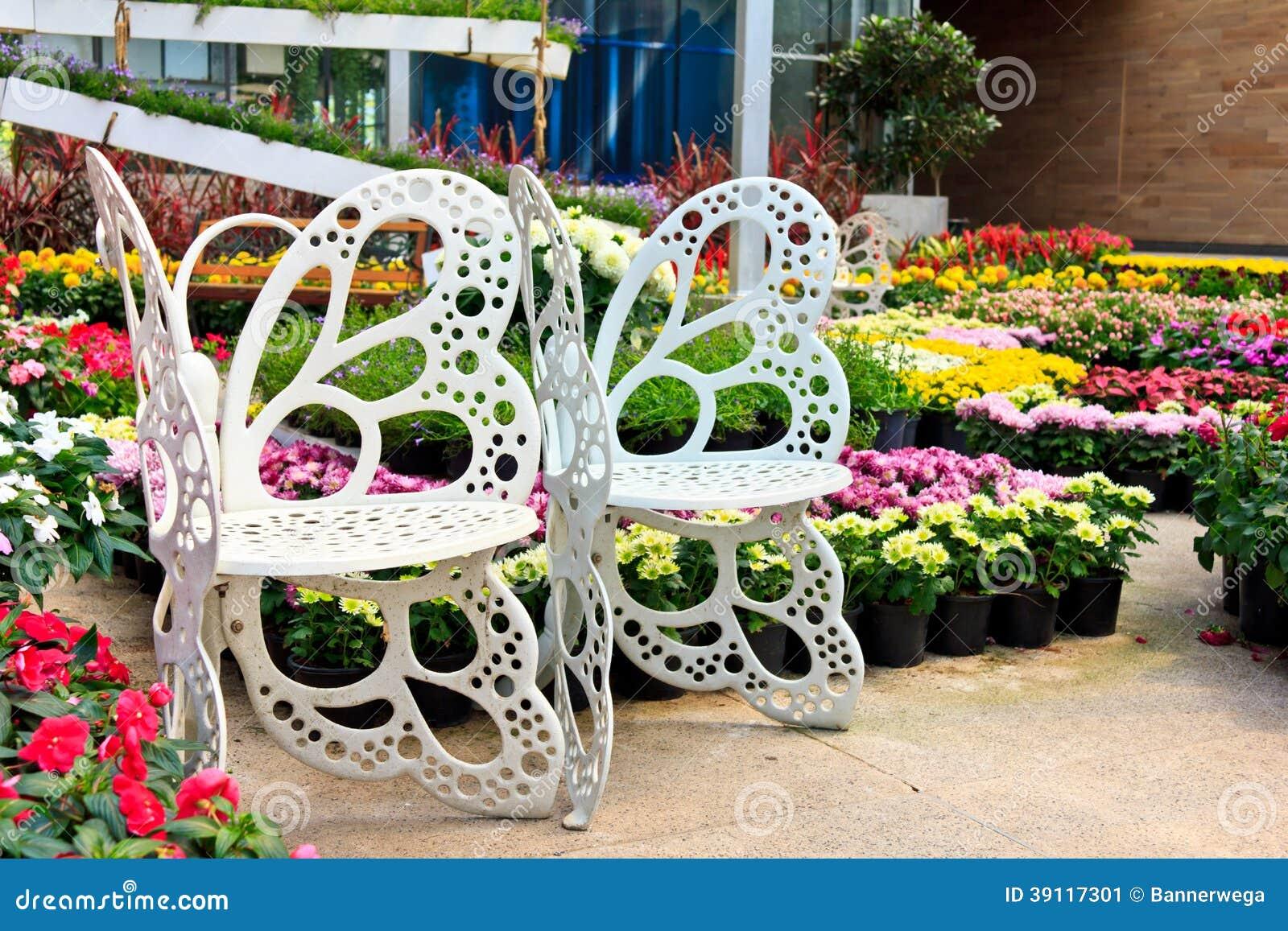 Witte stoel in de tuin