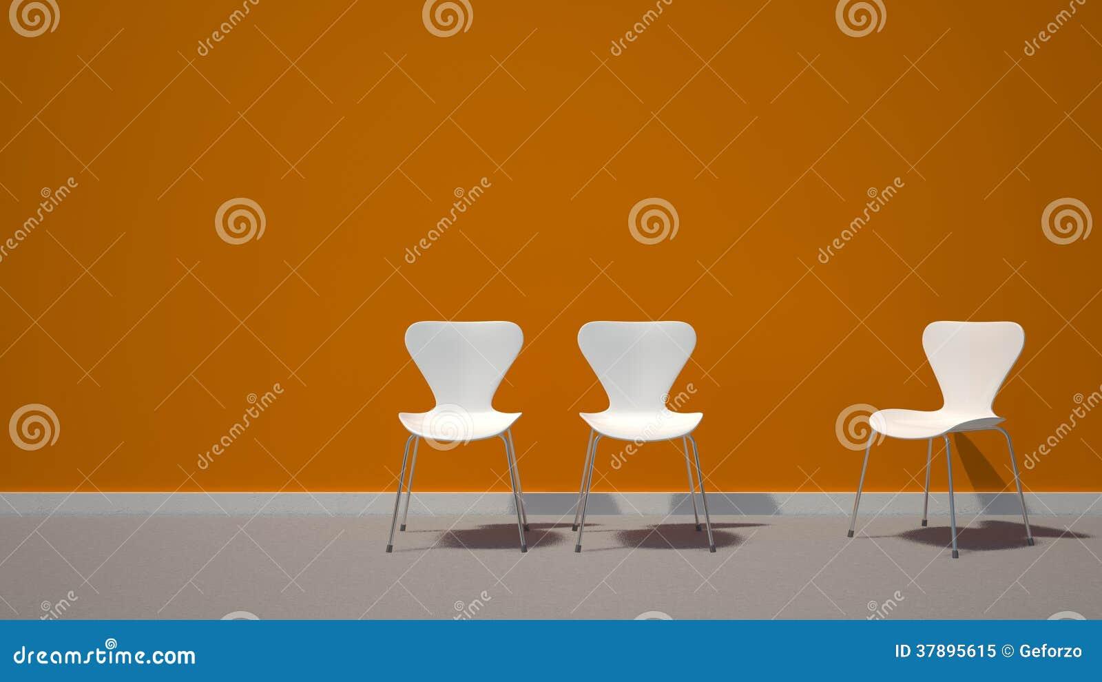 Witte stoelen op oranje achtergrond