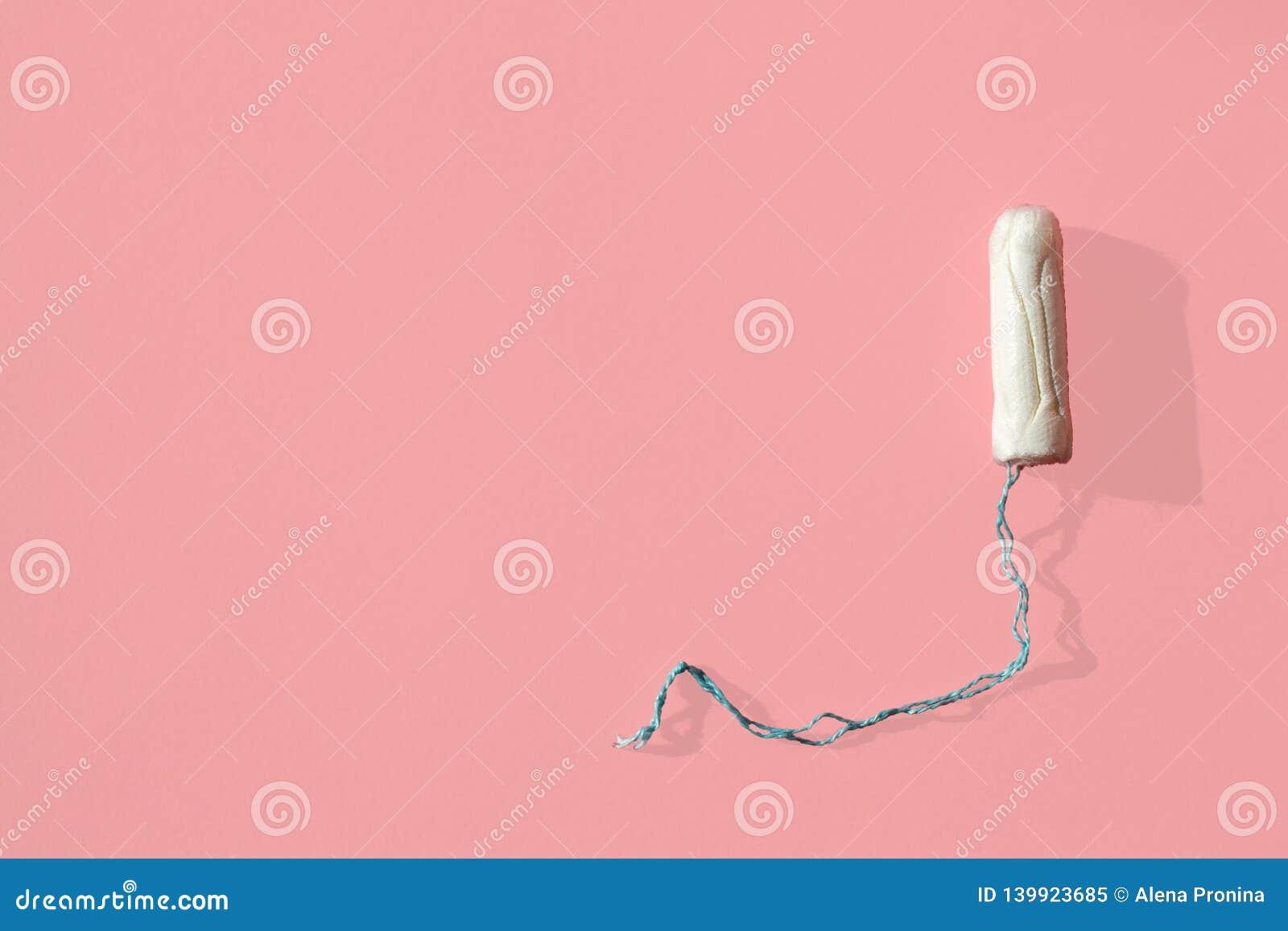 Witte tampon op roze achtergrond Geïsoleerdo op roze De hygiëne en de gezondheid van de vrouw